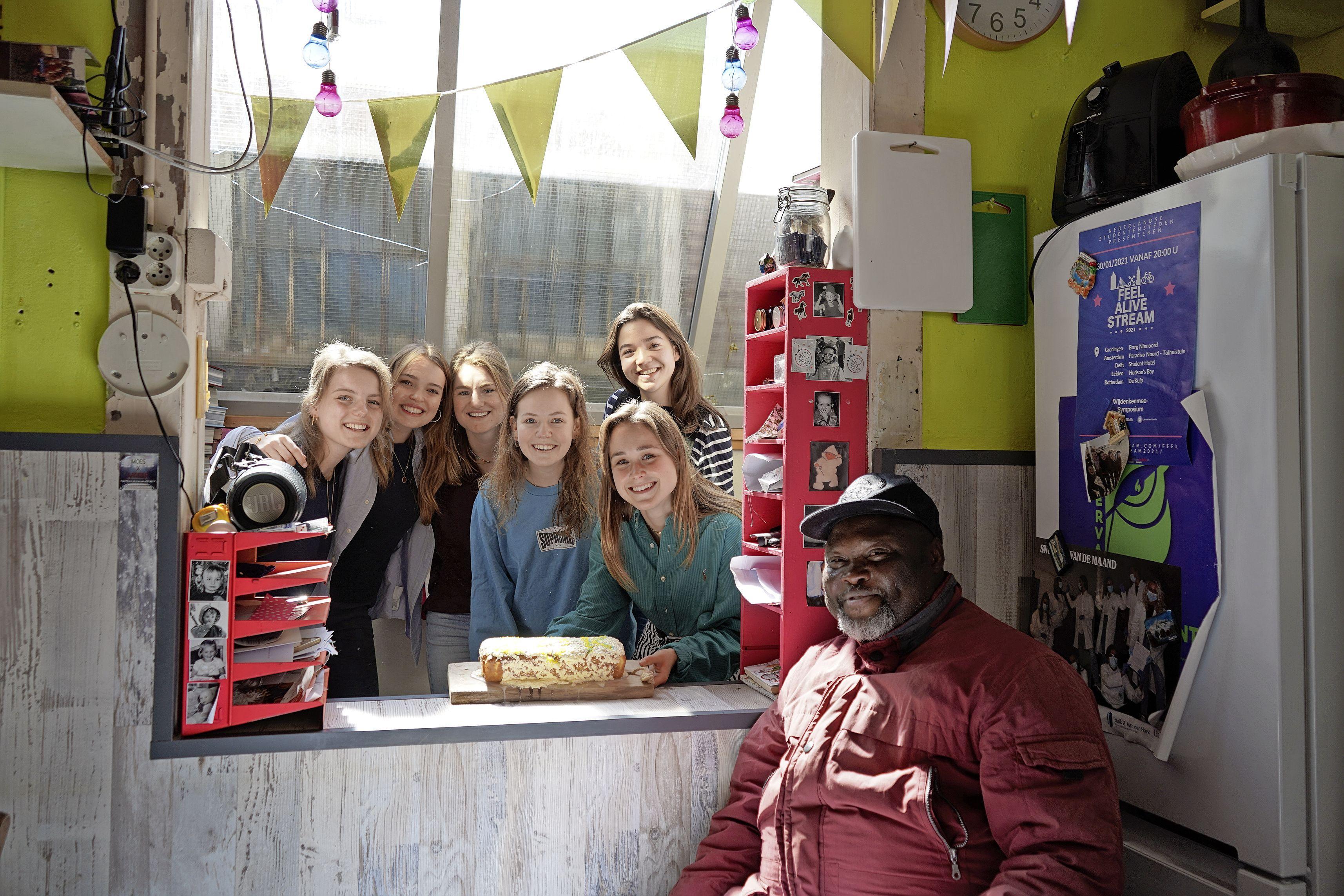 Studenten zamelen 20.000 euro in voor Leidse Straatjournaalverkoper: 'Een dankjewel is veel te klein voor wat jullie hebben gedaan'