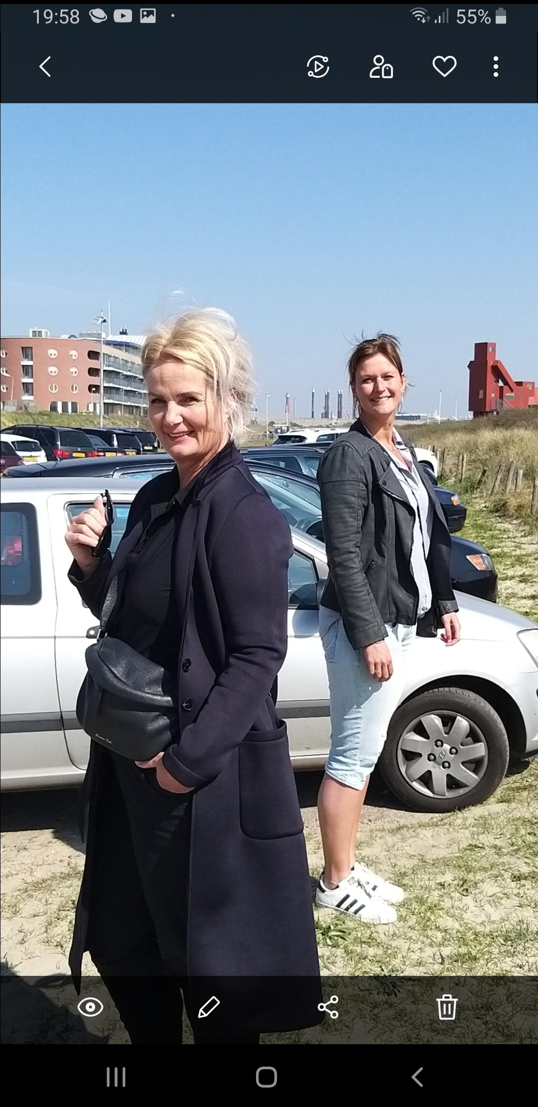 Wandelend over het strand van IJmuiden praten Jessica en Marjan over de zorg in de coronatijd