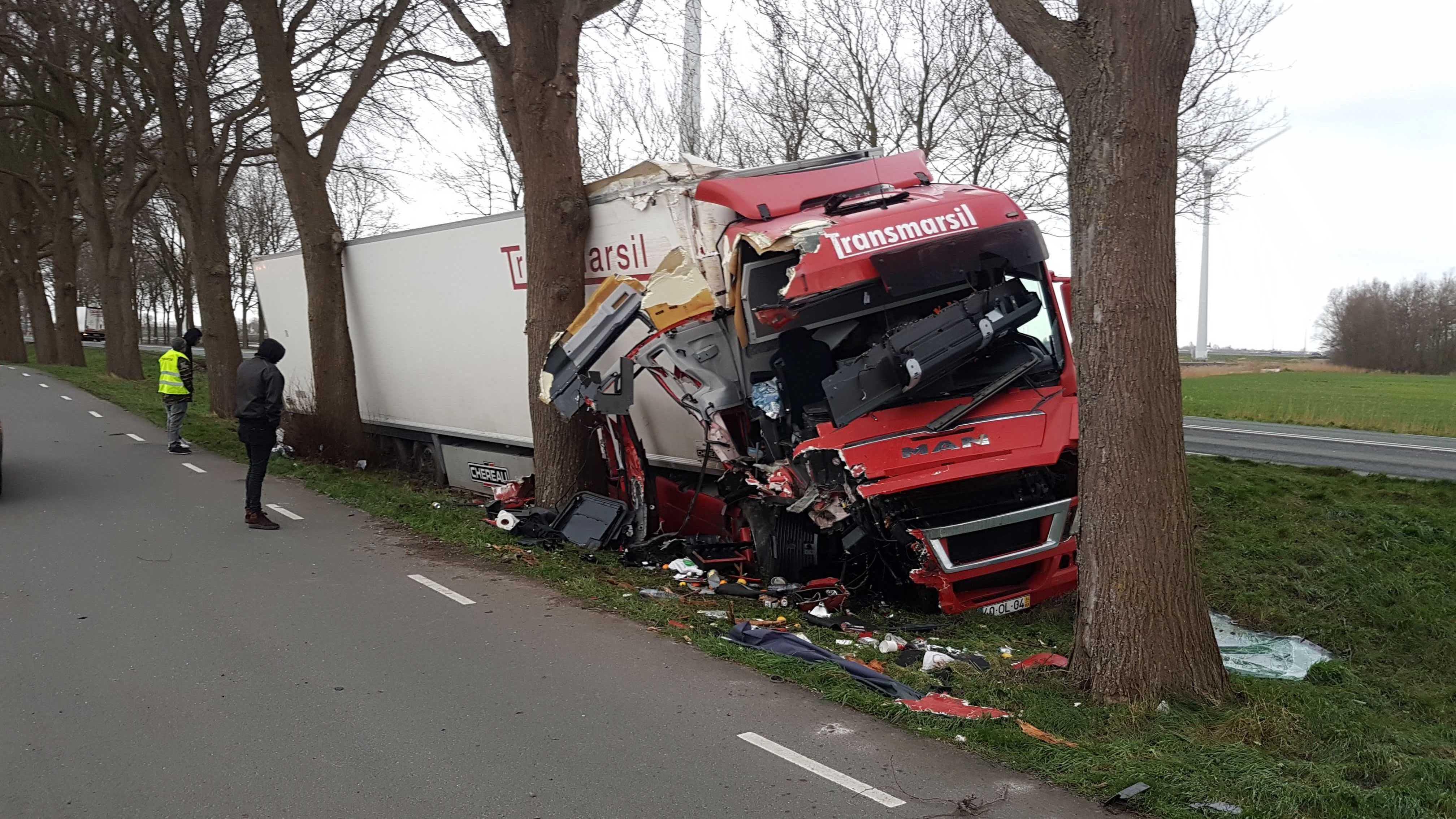 Vrachtwagen raakt van de weg en ramt bomen langs N247 bij Scharwoude, bestuurder ongedeerd