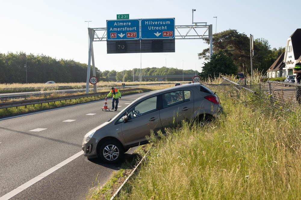 Geparkeerde auto rolt van parkeerplaats De Witte Bergen de A1 op