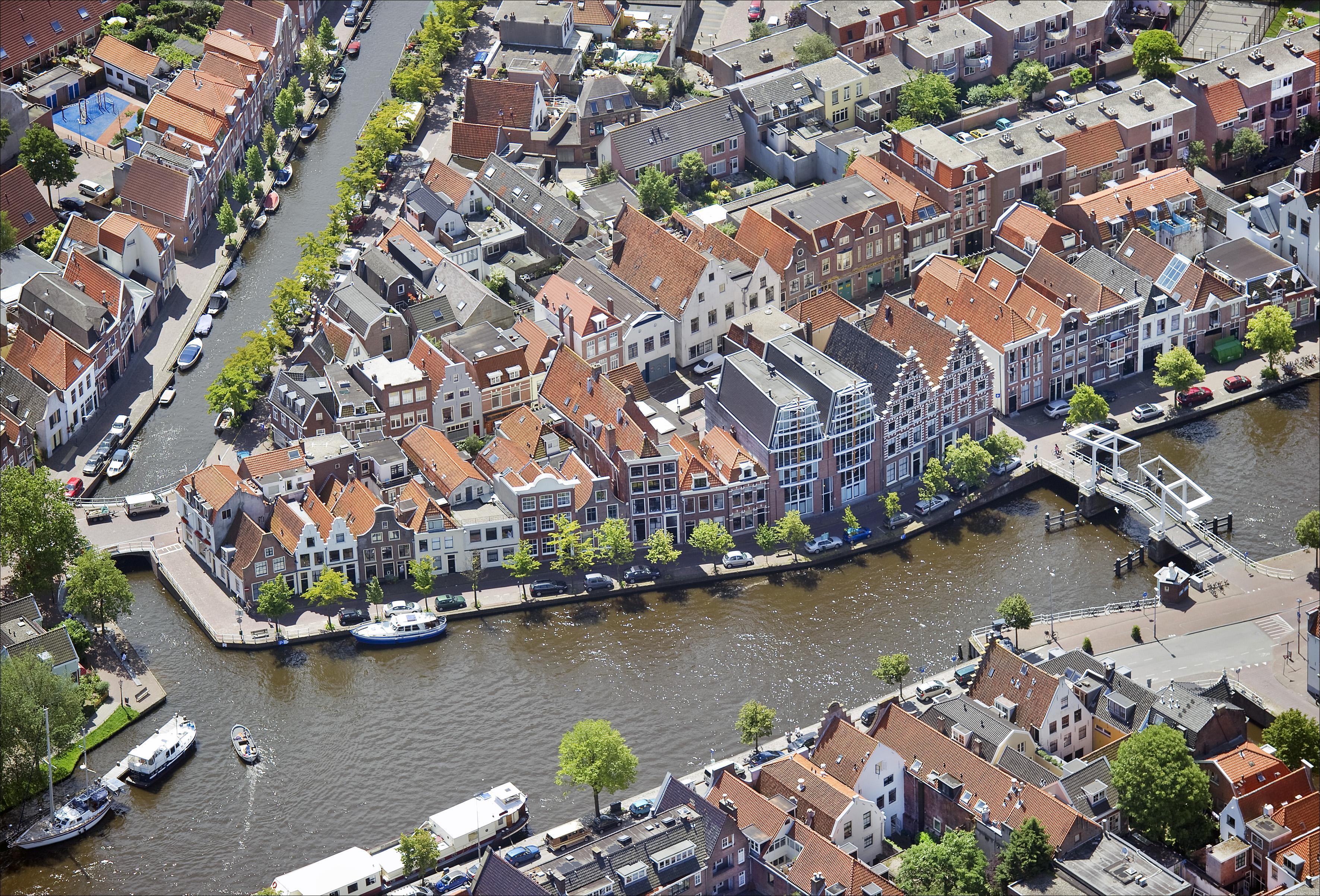 Vaartocht met Sinterklaas voor volwassenen, goedheiligman vertelt over architectuur en bijzondere Spaarne-bewoners
