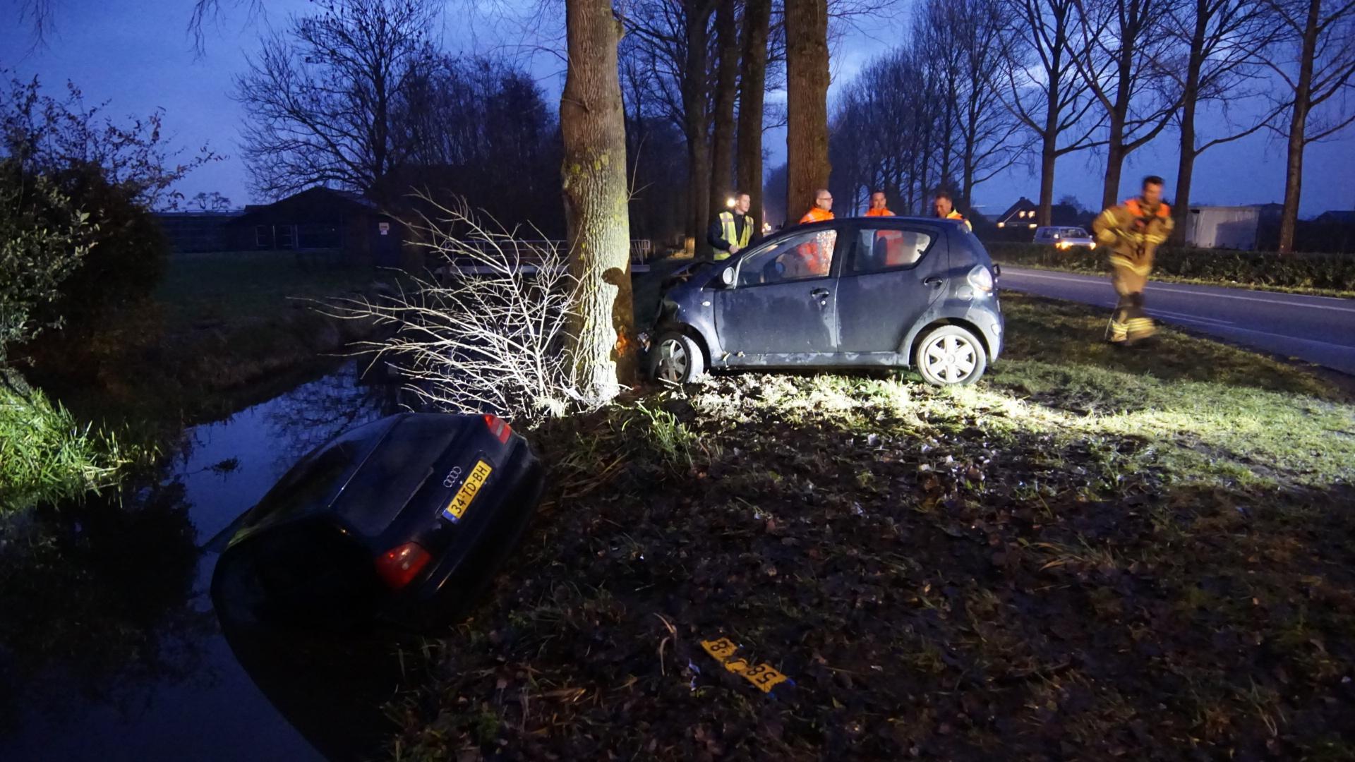 Auto tegen boom en auto te water na aanrijding in Hem