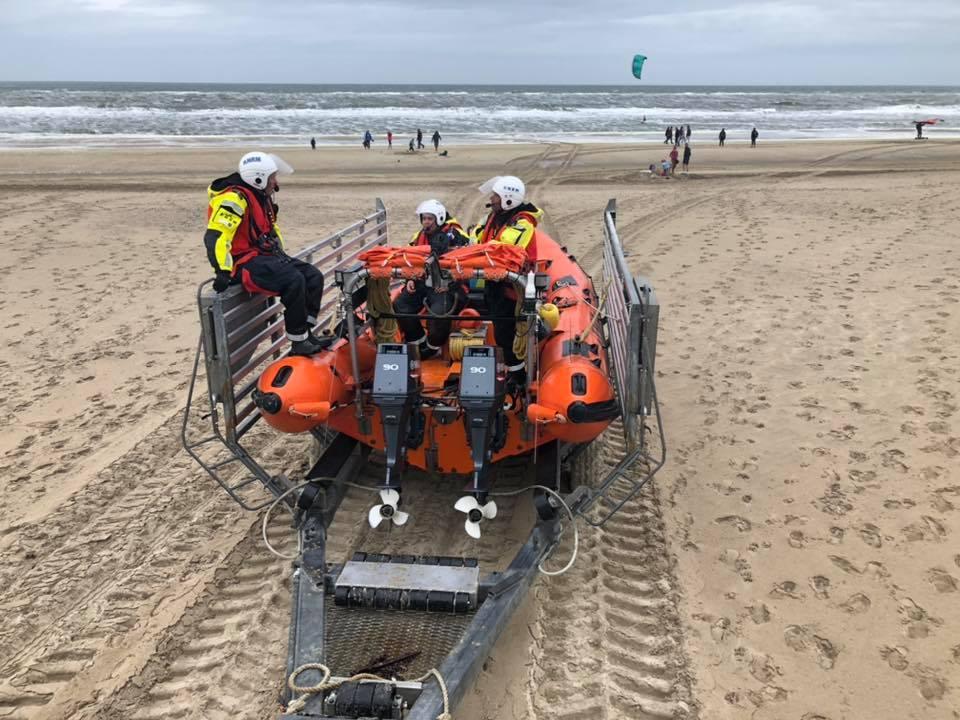 Alarm bij reddingsbrigades vanwege vermiste surfer bij Huisduinen; kort na uitruk bleek surfer al op het strand te staan