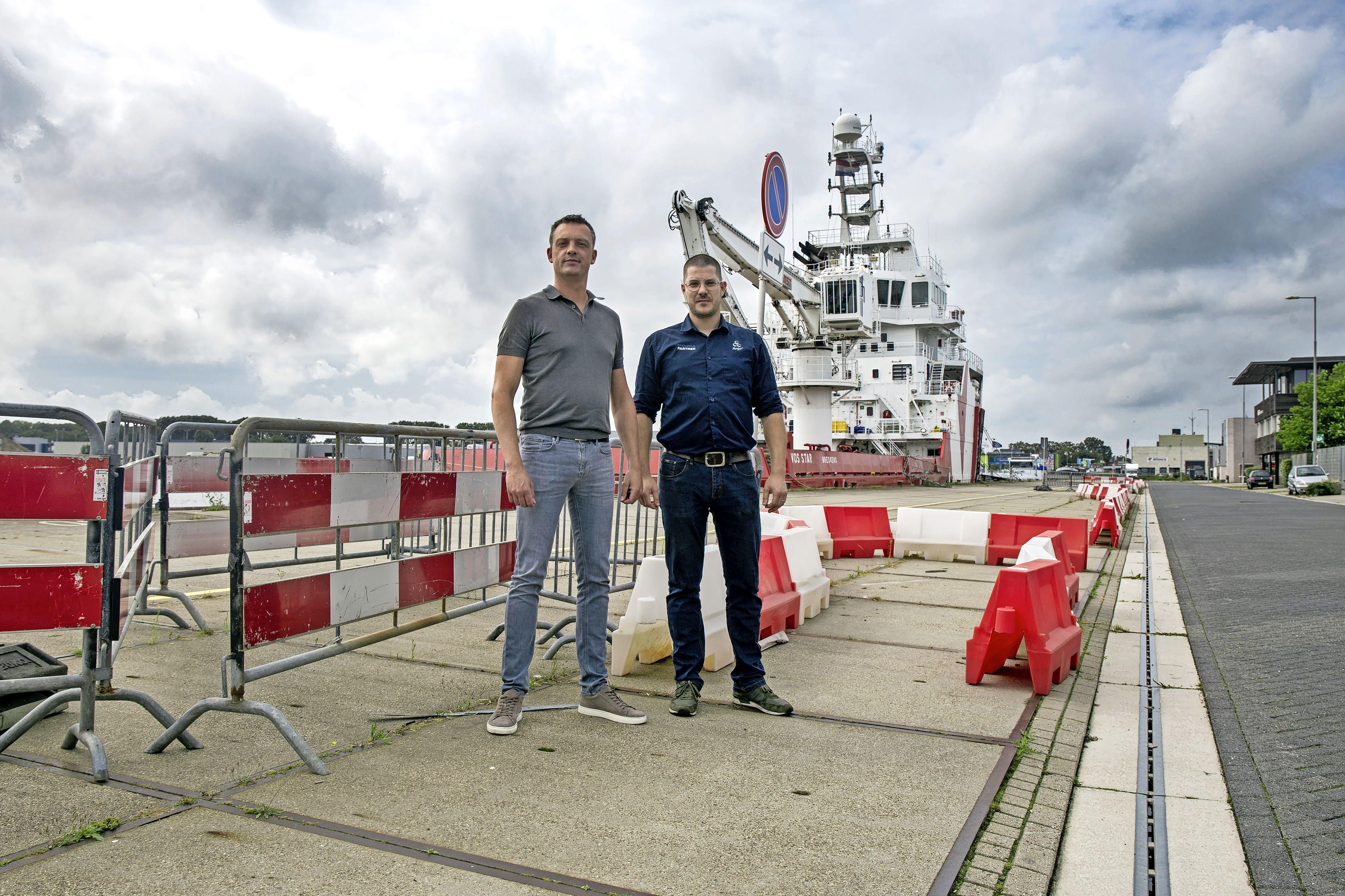 Laden en lossen op langdurig afgesloten Noorderkade in Beverwijk is zelfs voor ervaren trucker Amy - 'Meiden die Rijden'- Blokker nauwelijks te doen [video]