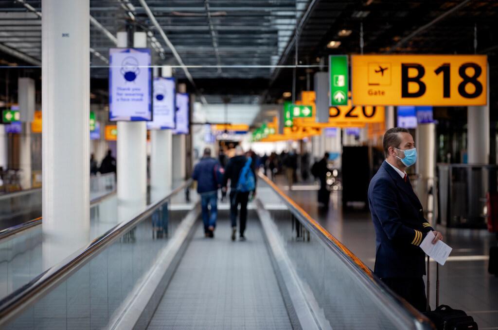 Kritiek op warboel testregels: 'Reiziger naar Schiphol spoor bijster'