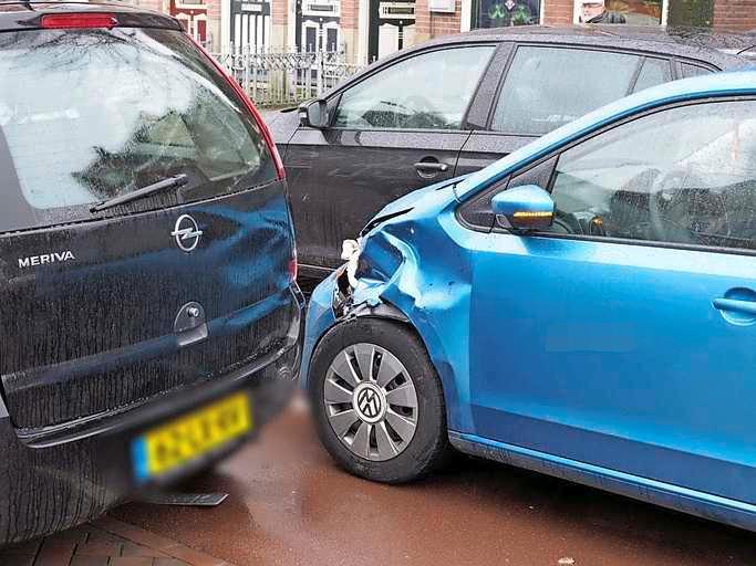 Automobilist schrikt op Kennemerlaan in IJmuiden, vier auto's met schade