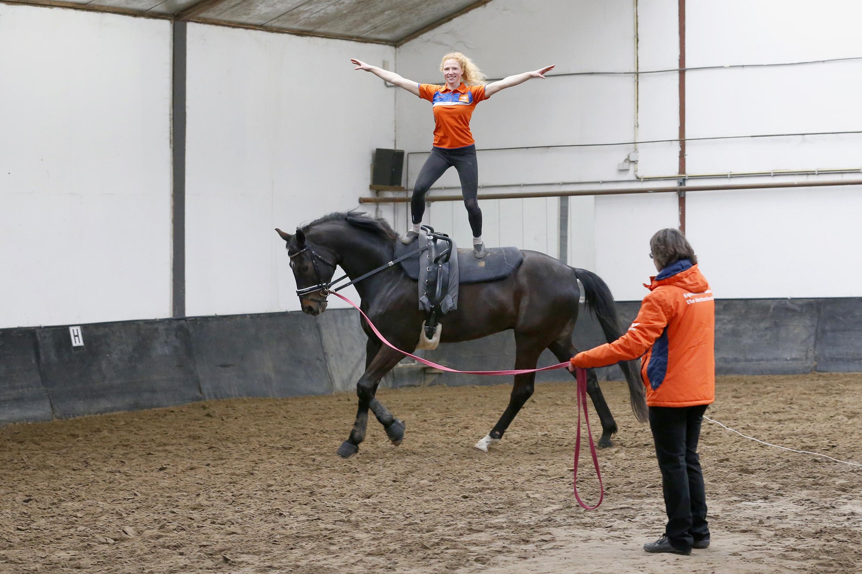 Wordt zij zenuwachtig, dan voelt paard Dwight dat ook. Céline Kaag wil zich, staand op haar paard, een weg naar het WK turnen