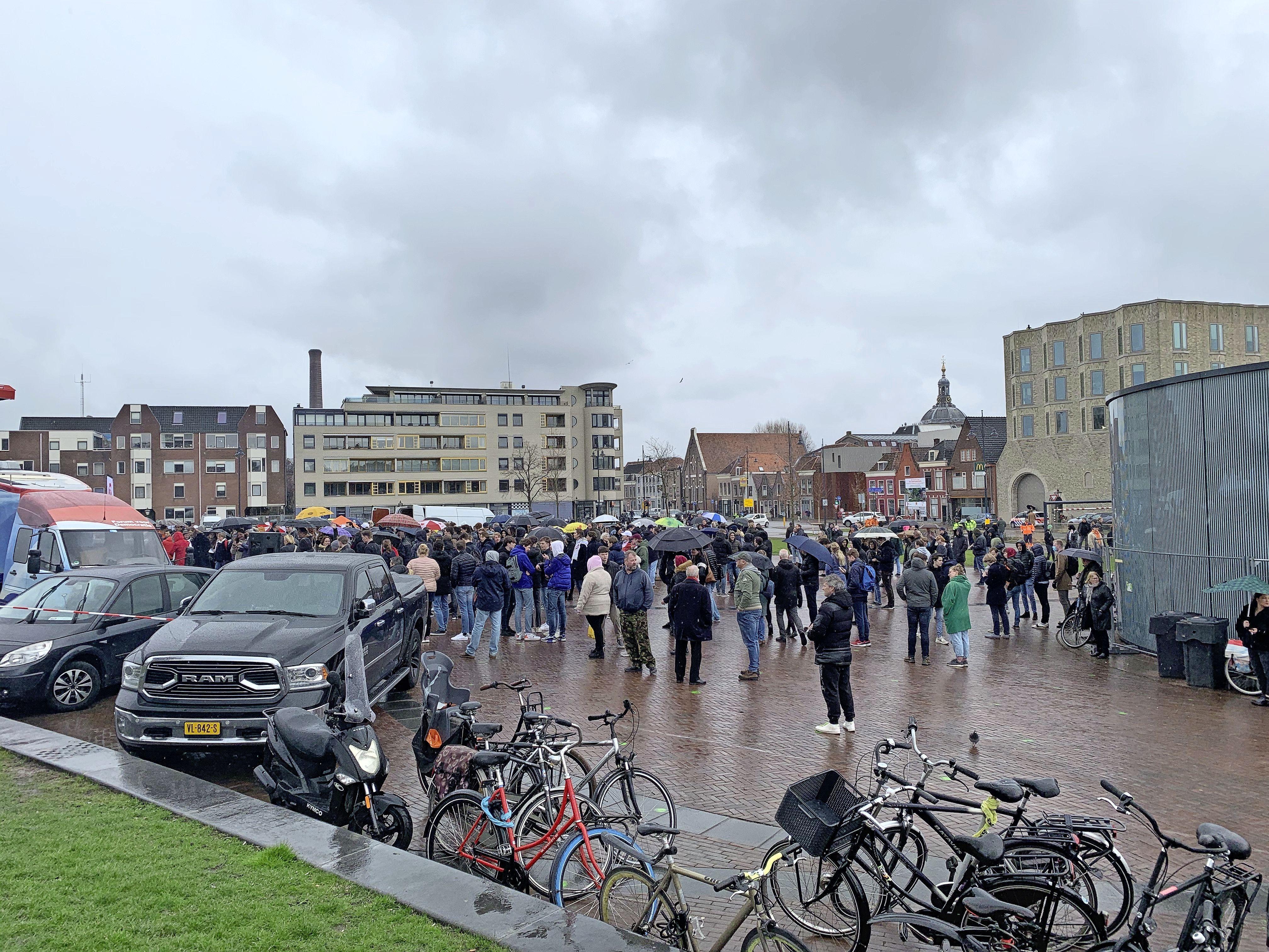 Thierry Baudet trekt grote menigte op Leidse Lammermarkt, aanhangers volgen coronamaatregelen halfslachtig op [video]