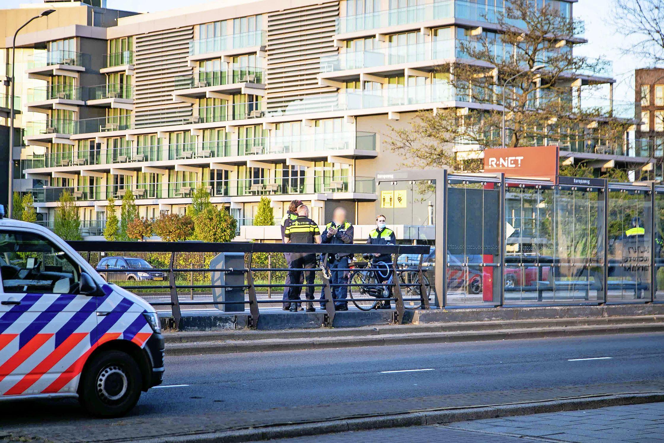 Connexxion-medewerker krijgt vuistslag in zijn gezicht na kaartcontrole in Haarlem, de dader is spoorloos
