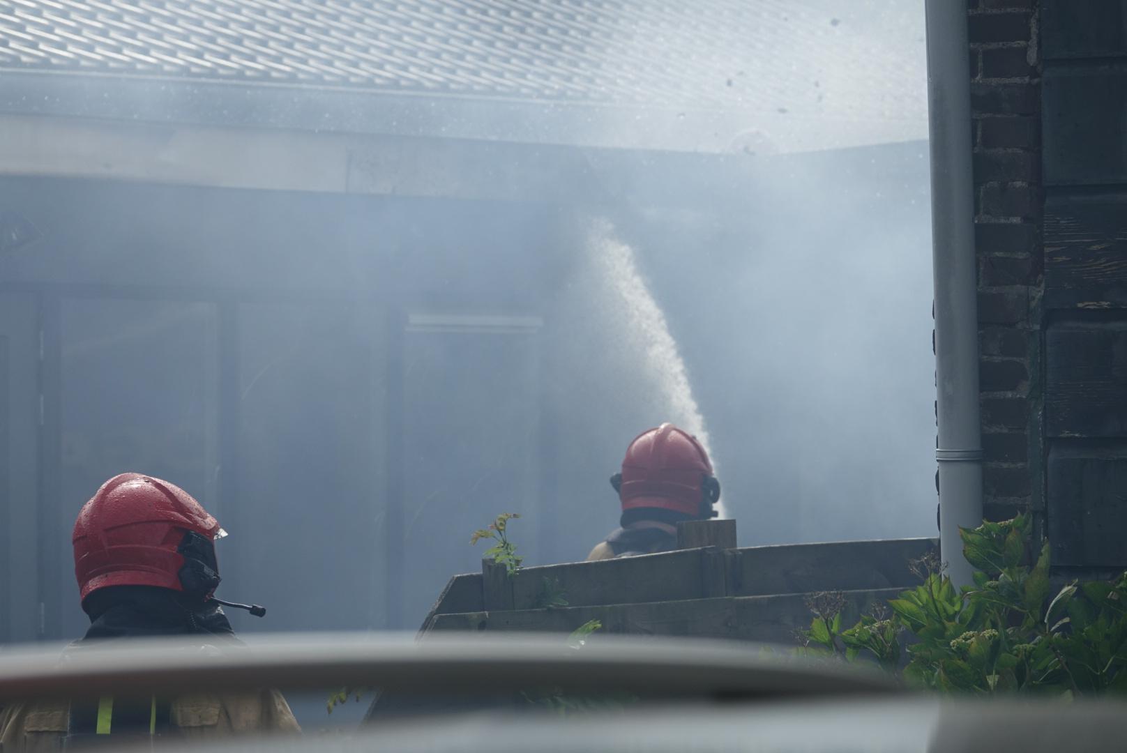 Asbest vrijgekomen bij brand in magazijn aan de Vlietsend in Krommenie