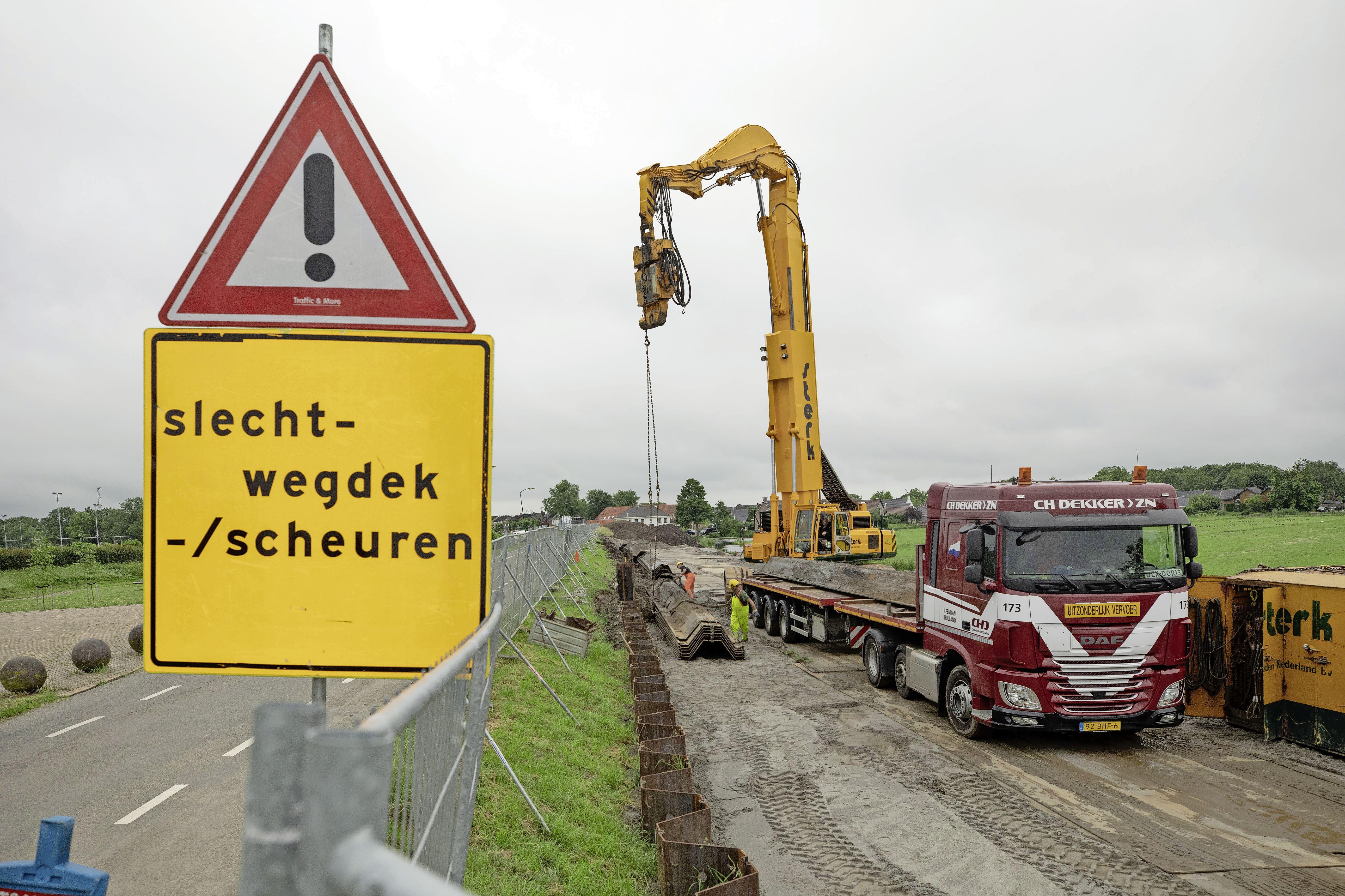 Scheuren in asfalt Westdijk door sanering vervuilde grond in Bunschoten