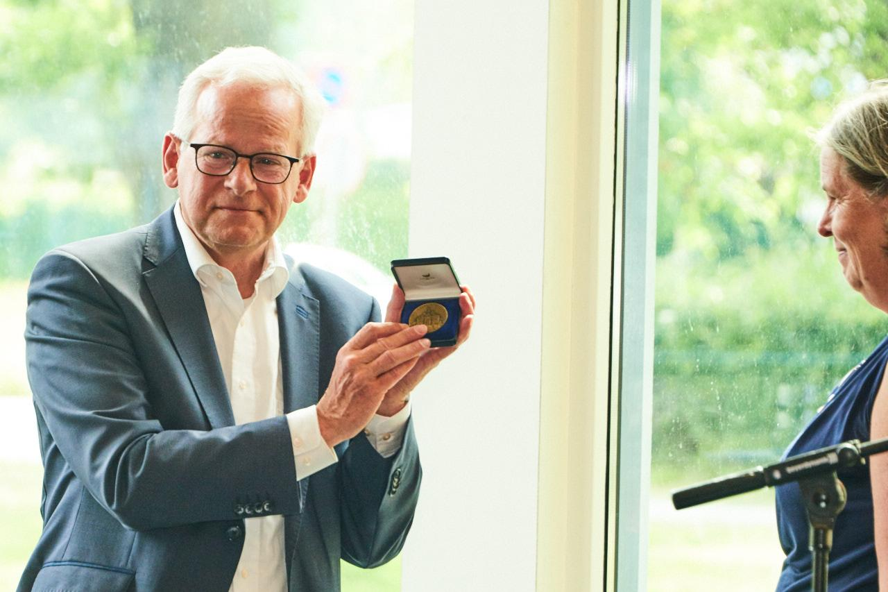 Bronzen erepenning voor trouwe ambtenaar Heemstede