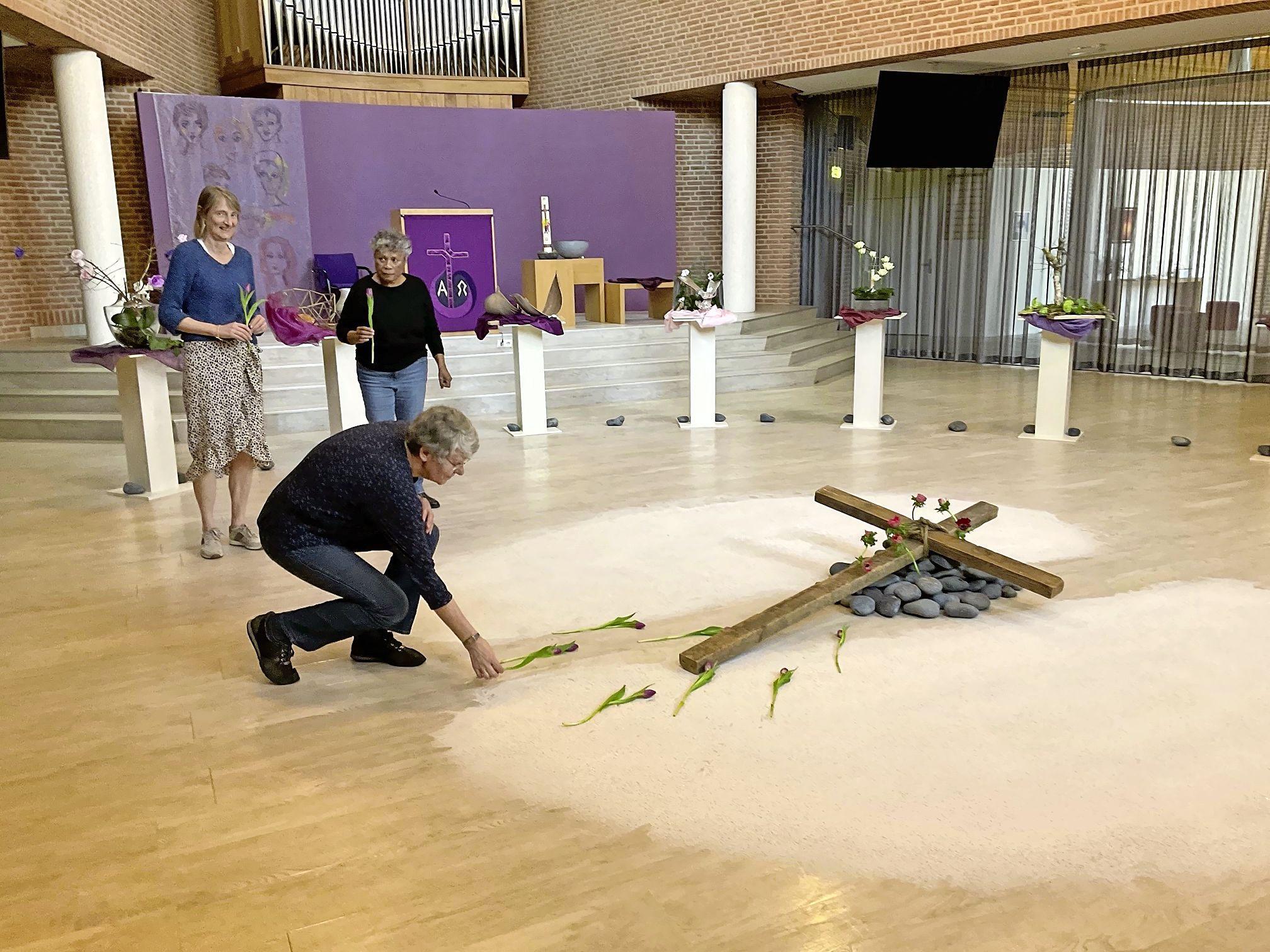 Hoe kerkelijke genootschappen Goede Vrijdag vieren: de Oosterlichtkerk in Huizen gaat mee met Jezus in zijn laatste dagen; de Larense 'digi-dominee' weet raad en de 'zingende pastor' uit Soest is gegroeid in coronatijd