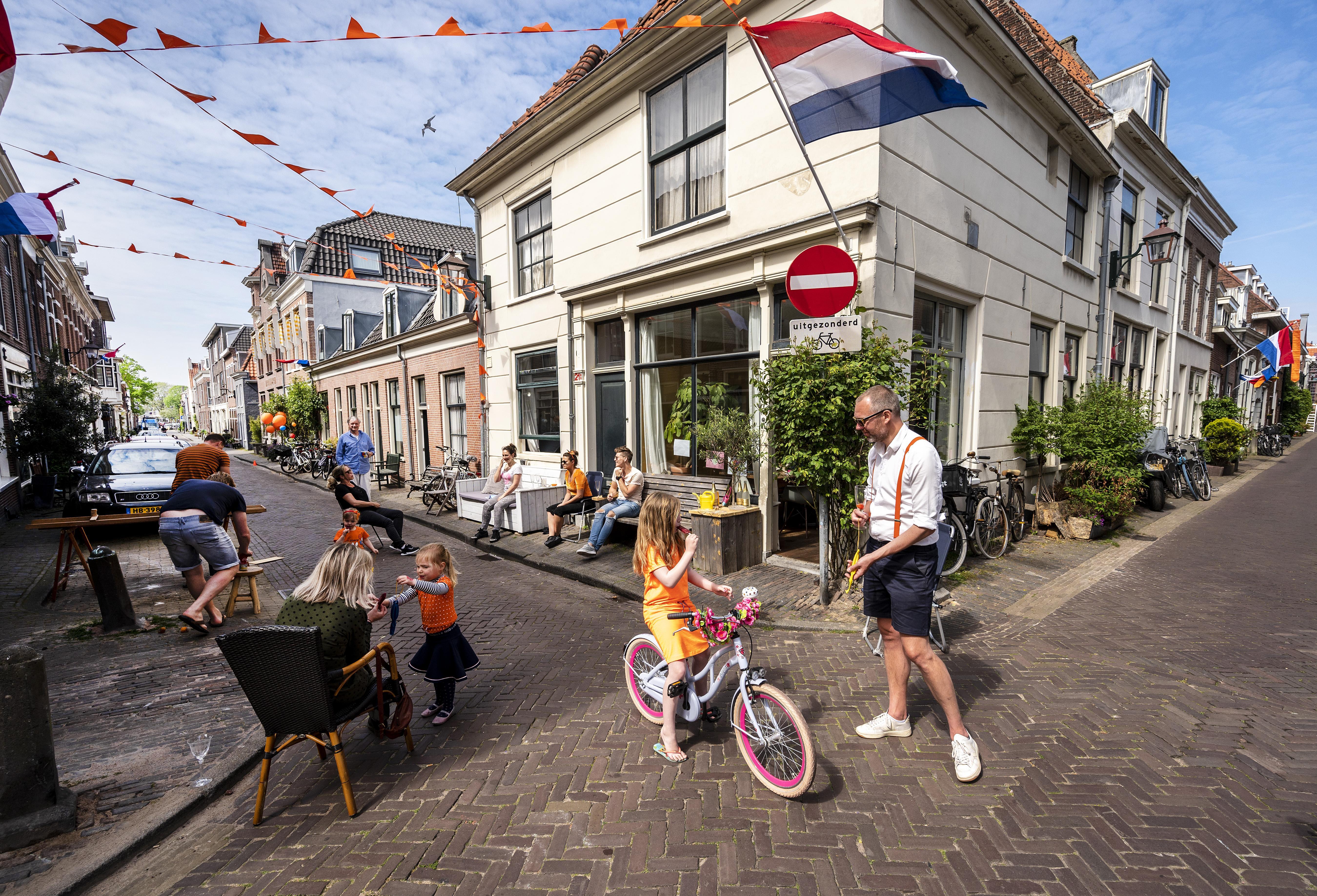 Op jacht naar oranje tompoucen; gemoedelijke sfeer op Woningsdag in centrum van Haarlem