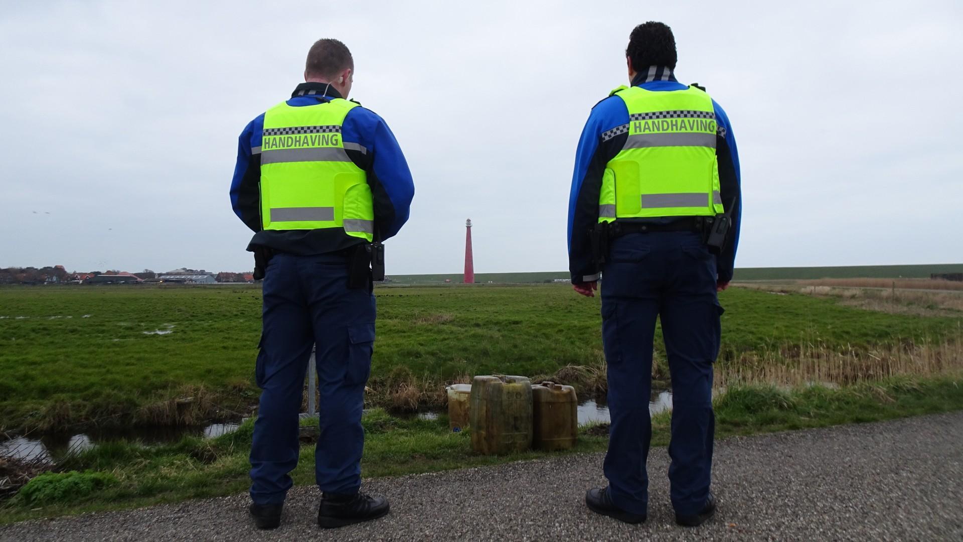 Jerrycans met restanten olie gedumpt langs Grasdijk in polder Huisduinen (update)