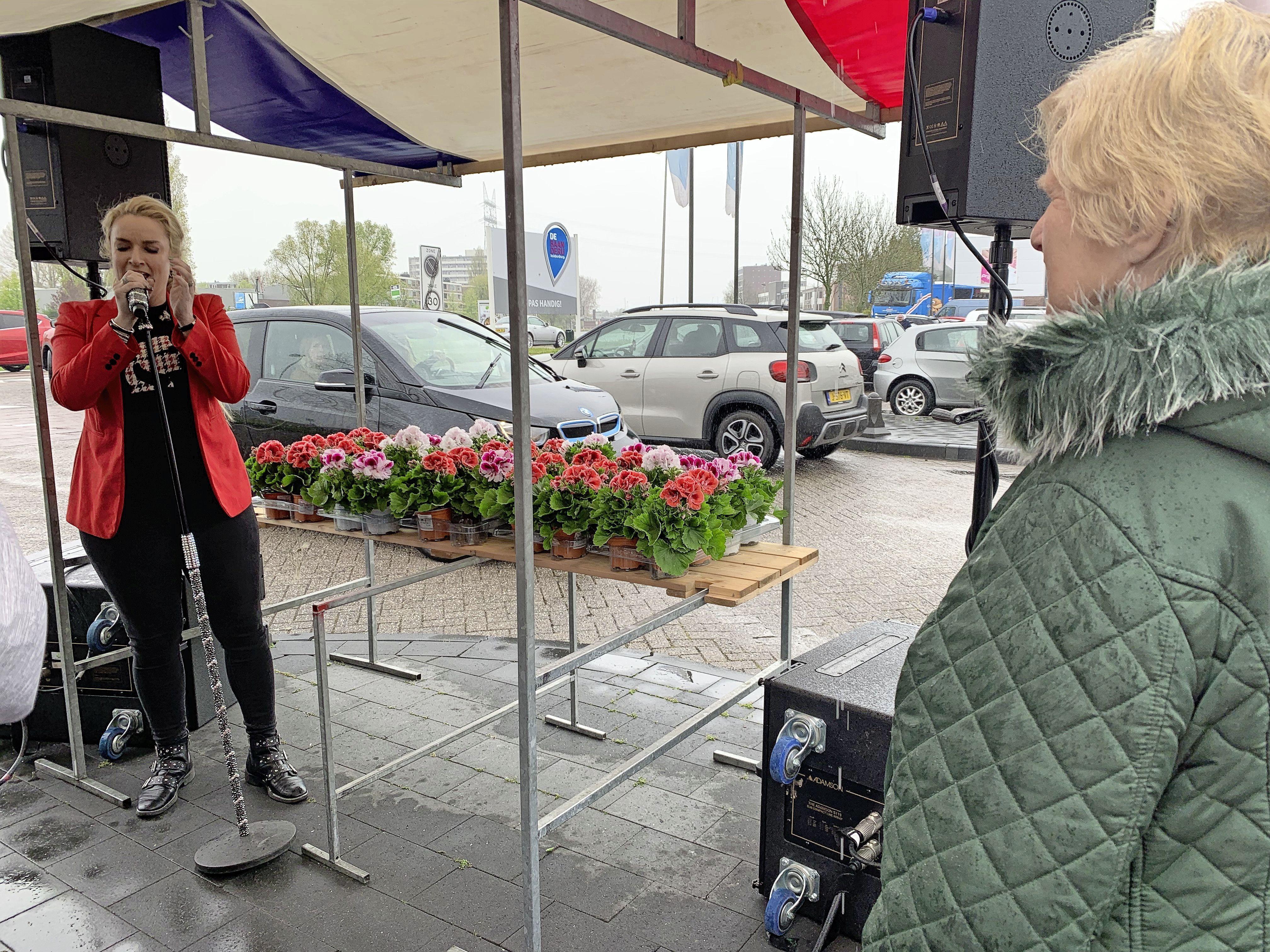 Leidse moeder Miep Jongbloed (81) wint privéconcert Samantha Steenwijk bij het kopen van plantjes in Leiderdorp [video]