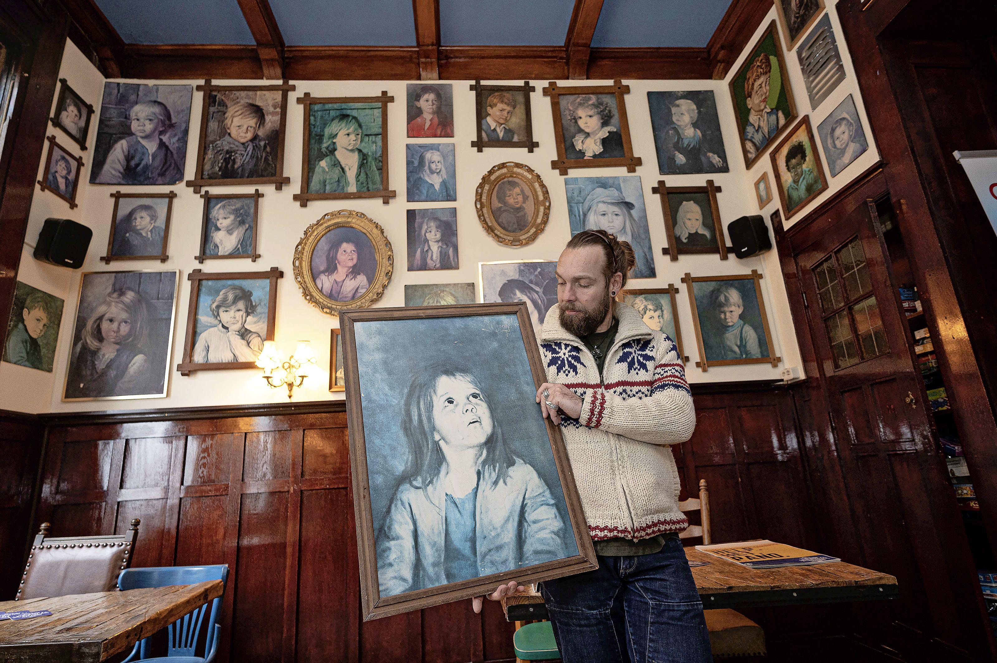 Schilderijen veilen in plaats van bier tappen: Zaanse café-eigenaar stelt uit noodzaak zijn 'kinderen' ter beschikking voor adoptie
