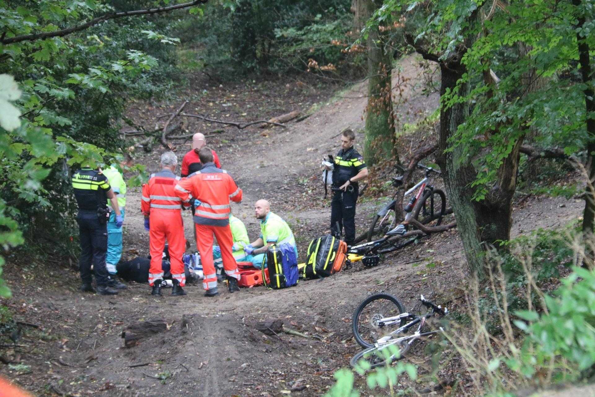 Mountainbiker zwaargewond bij ongeval in Huizen