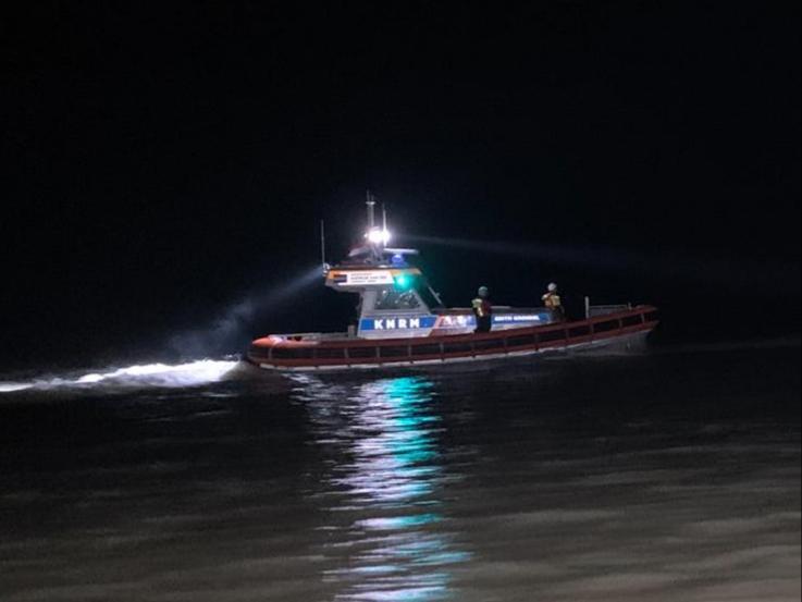 Politie zoekt urenlang naar persoon in zee bij Katwijk na vondst van kleding op strand