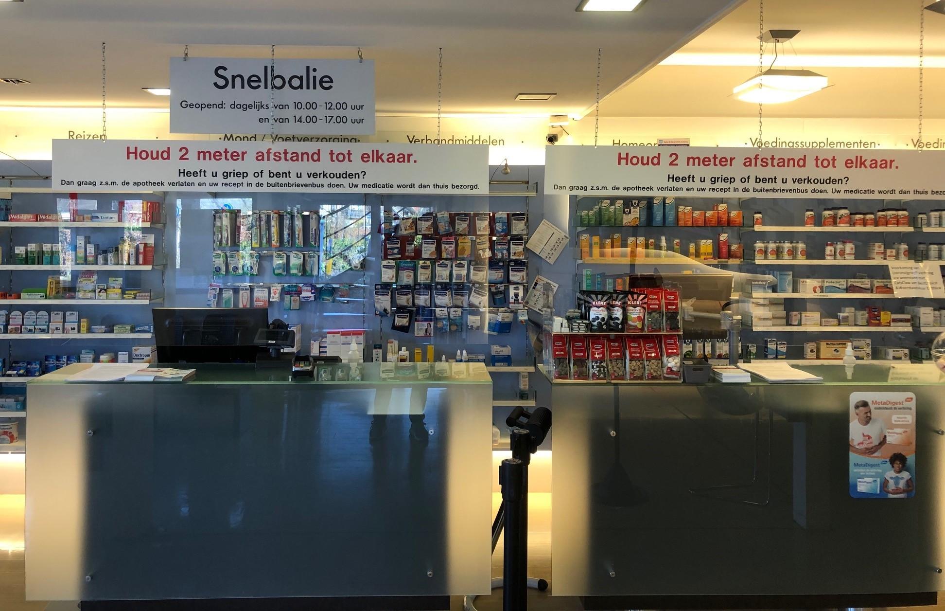 'De apotheek mag nooit dicht', Gooise apothekers bedenken creatieve maatregelen om gezond te blijven: cliënten helpen achter loket van plexiglas, medicijnen thuisbezorgen, pillen via uitgifte-automaat