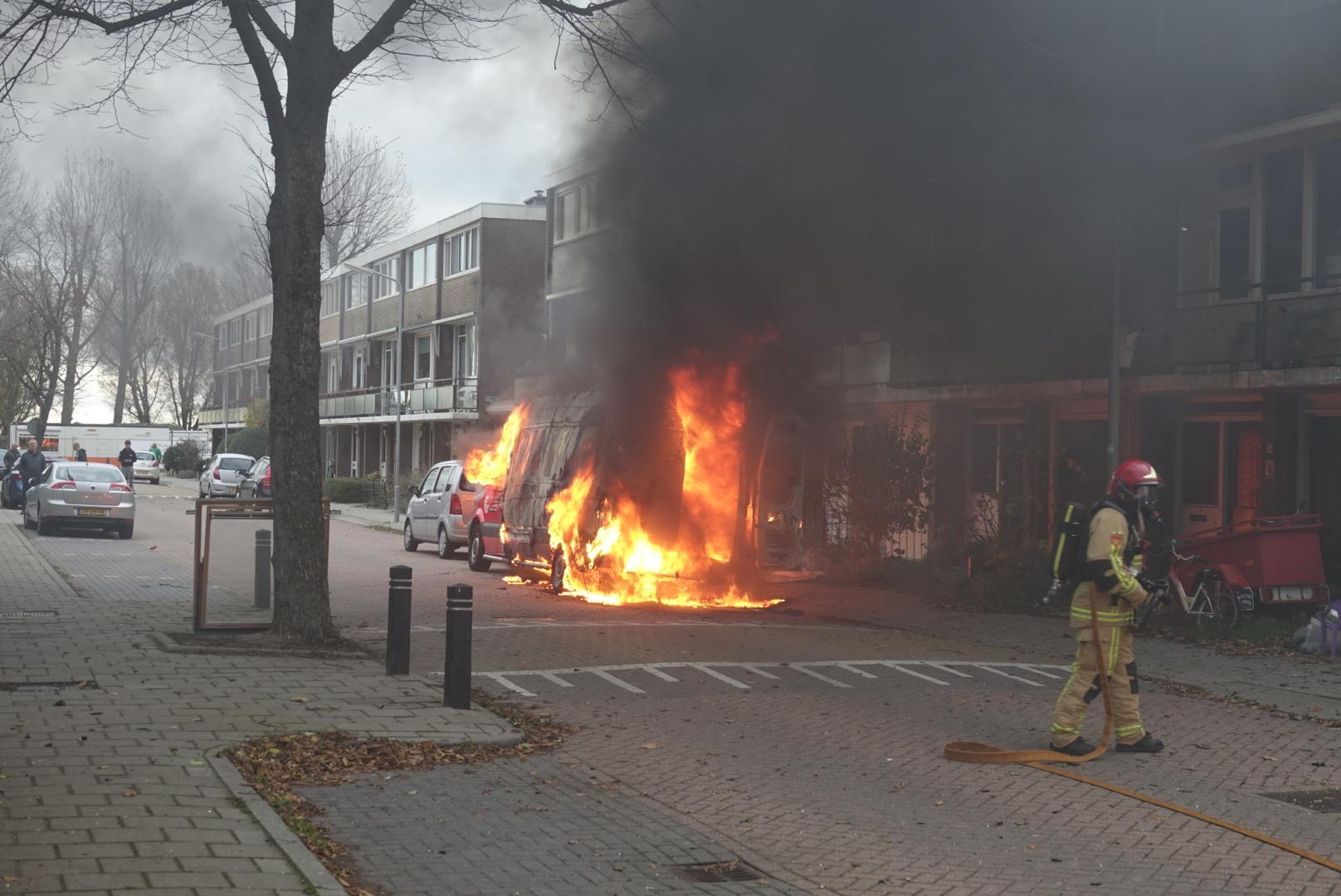 Bestelbus brandt helemaal uit in Wormer [video]