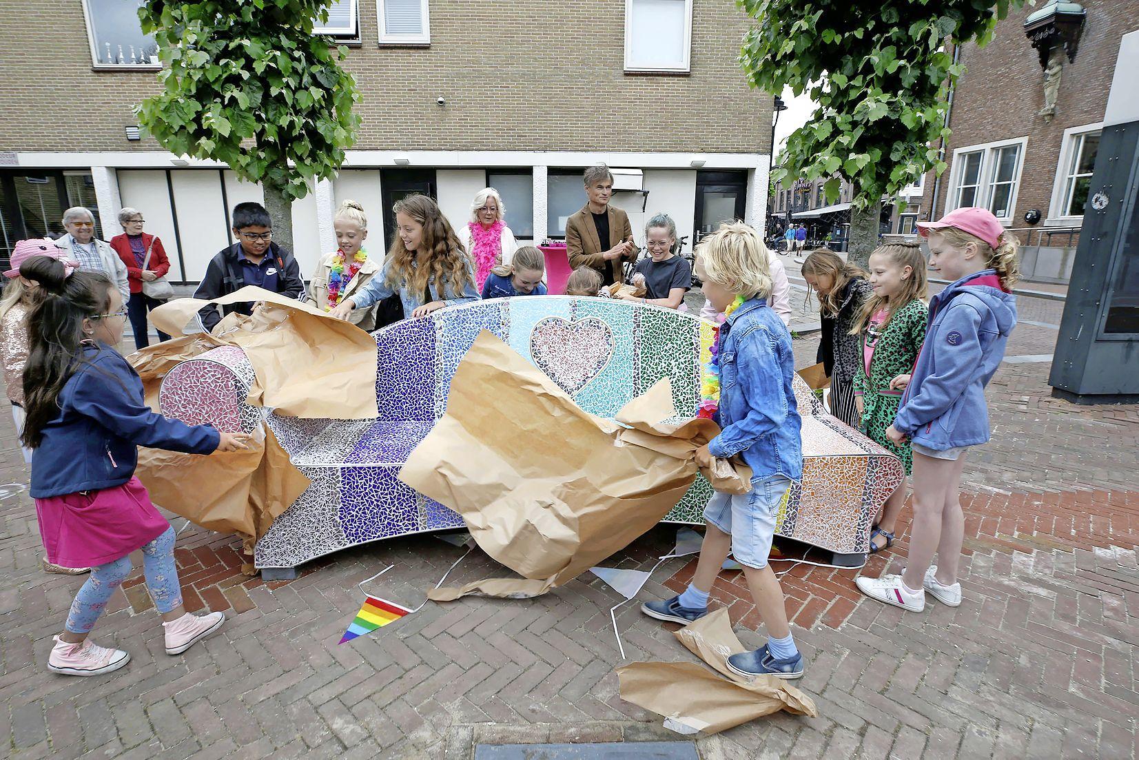 Het is Roze Zaterdag en vandaag onthulden wethouders Kruit en Van der Veek samen met basisschoolkinderen een regenboogbank. 'Wij willen een inclusief Schagen voor iedereen'