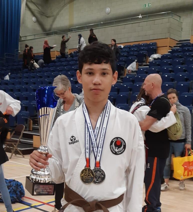 Huizens karatetalent Gerson Wattilete (15) moest de dag nadat hij wereldkampioen werd gewoon weer naar school: 'Het is mijn grote droom om op de Spelen te staan'