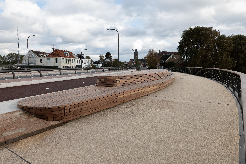 Nieuwe Boezembrug in Halfweg officieel geopend met gelikte eindfilm. 'In ongeveer anderhalf jaar zo'n brug bouwen, dat is een hele prestatie', vindt minister Van Nieuwenhuizen [video]