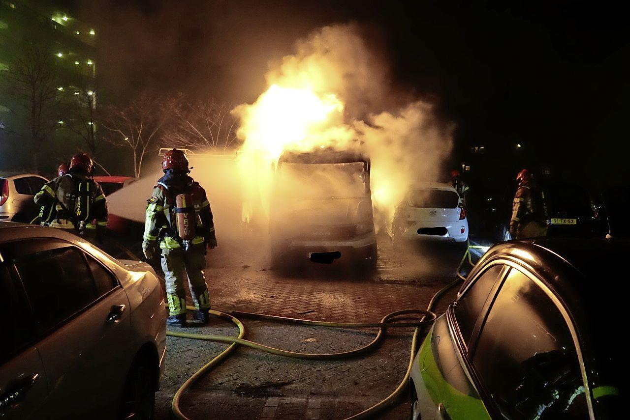 Bestelbus volledig uitgebrand in Zaandam; vier geparkeerde auto's beschadigd