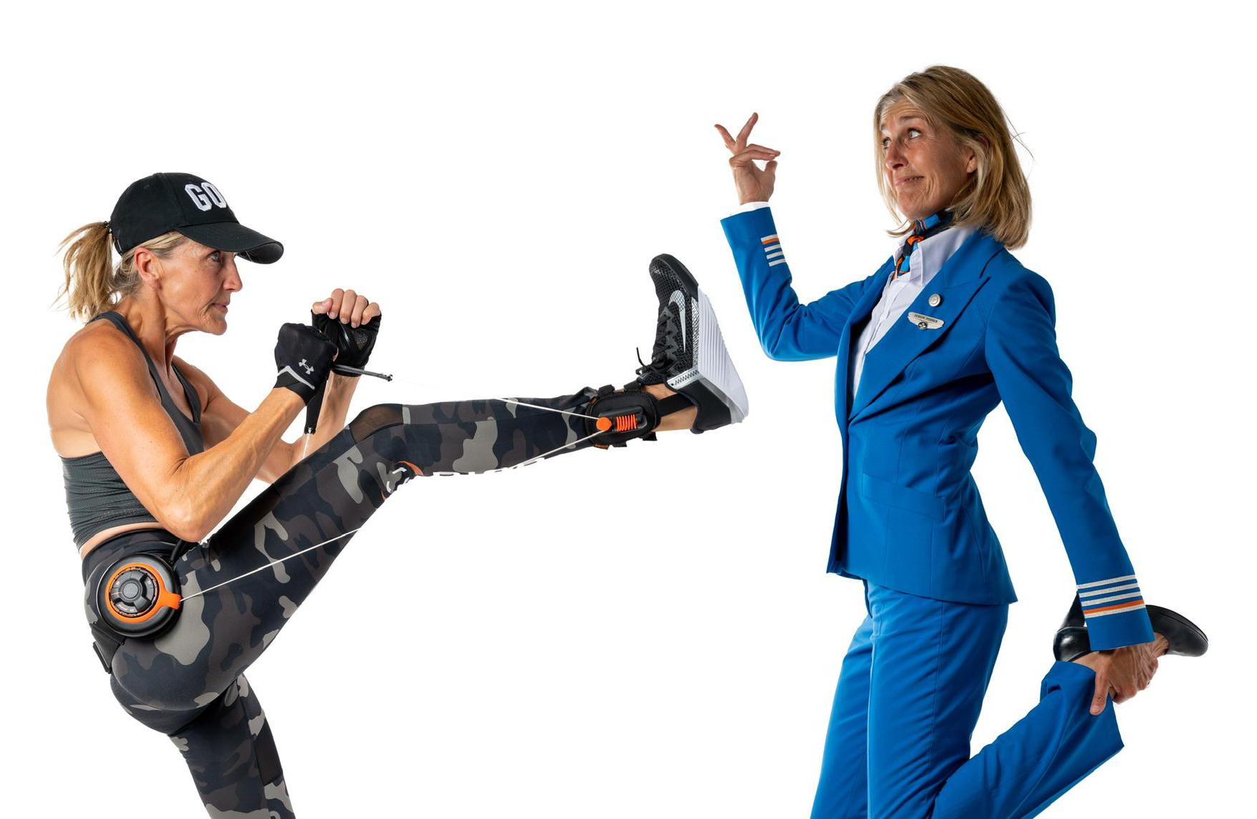 KLM-stewardess fotografeert haar collega's, met de hond, in galajurk en kickboksend
