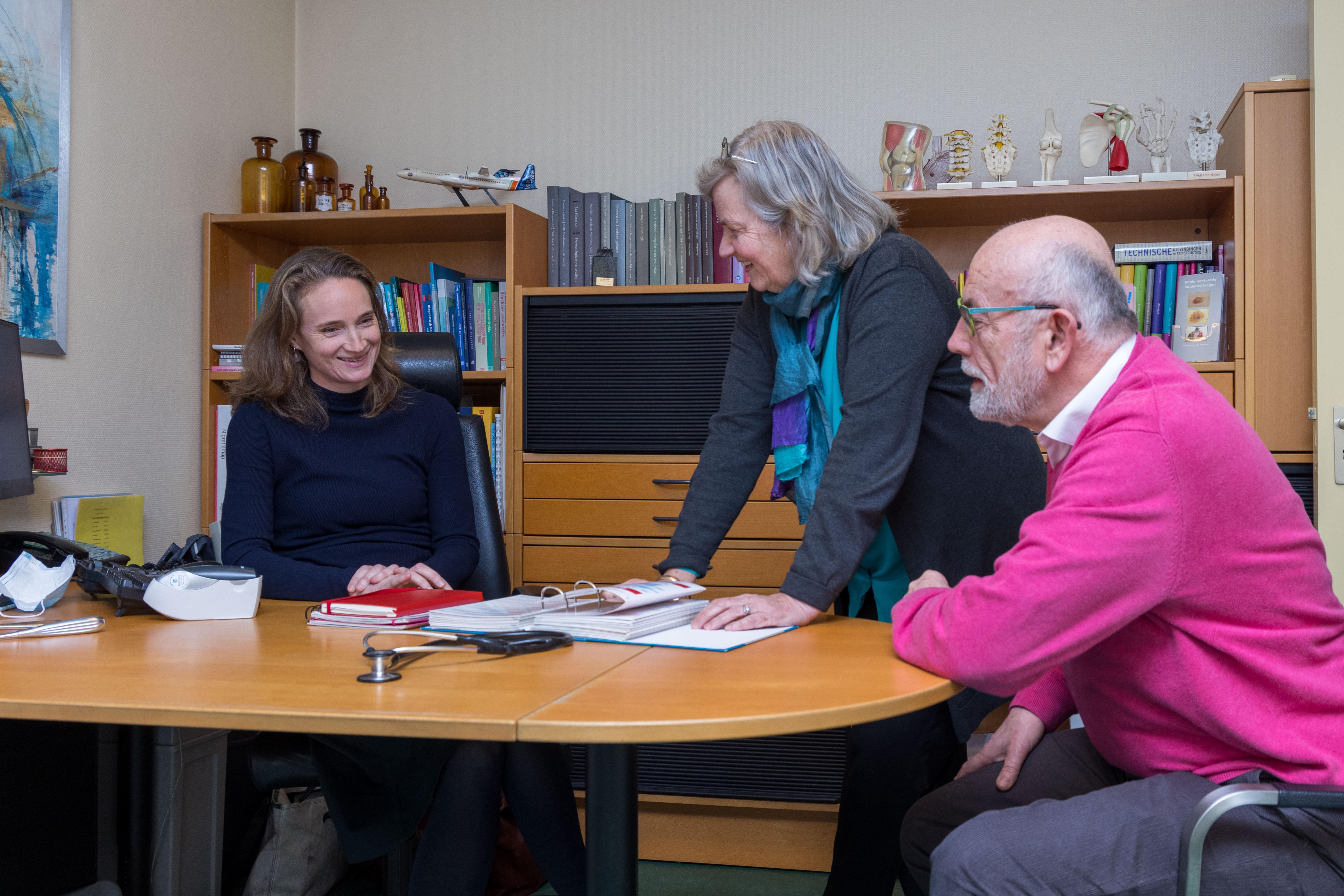 Huisartsenechtpaar Jan Sturris en Hanne Bergmeijer uit Berkhout stopt na 27 jaar: 'Misschien kunnen we nog helpen bij de vaccinaties tegen corona. Je bent en blijft arts'