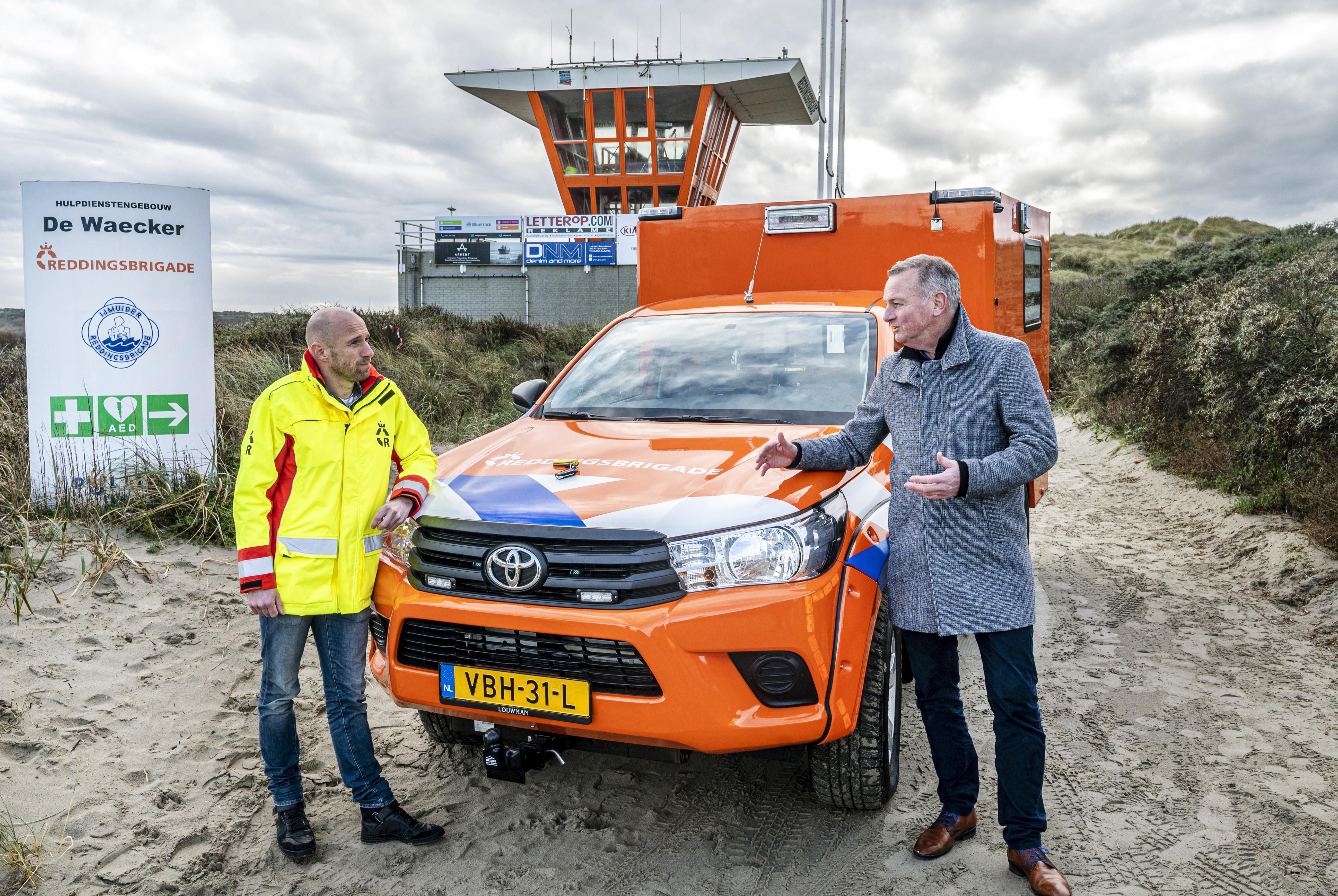 IJmuidense Reddingsbrigade gered met een nieuwe ambulance: 'Ik wens jullie weinig kilometers toe met deze wagen'