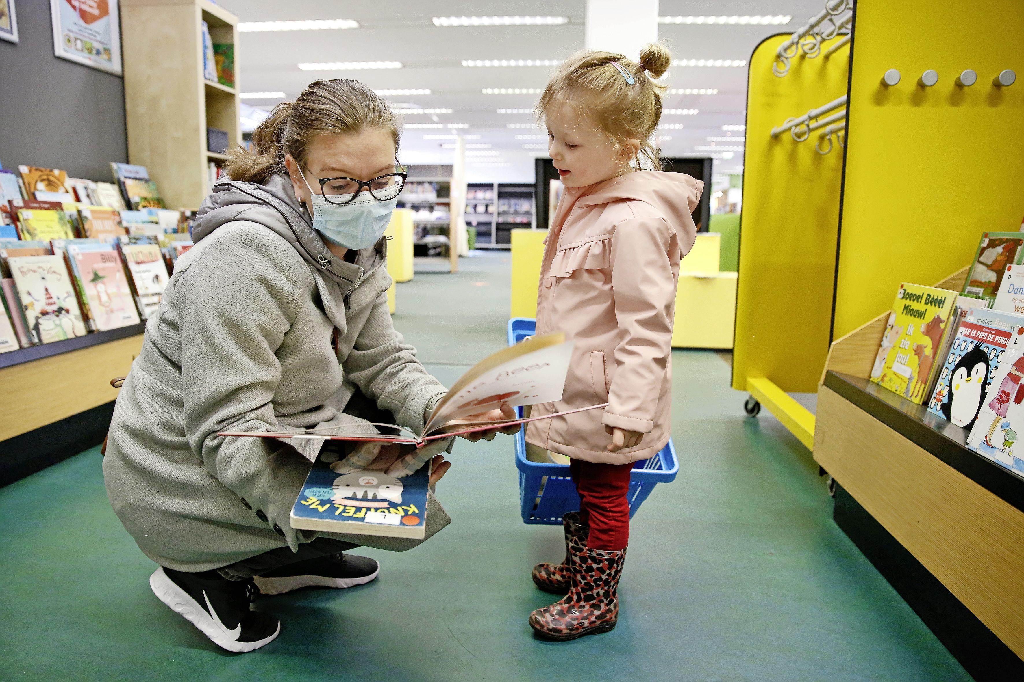 Boekenwurmen en studiebollen mogen weer; Blijdschap over heropening bibliotheek: 'Dat uurtje lezen in de bieb heb ik echt gemist'