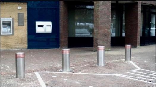 Hoorn zet na bedreiging verkeersregelaars verzinkbare paaltjes in om verkeer op Kerkplein tegen te houden