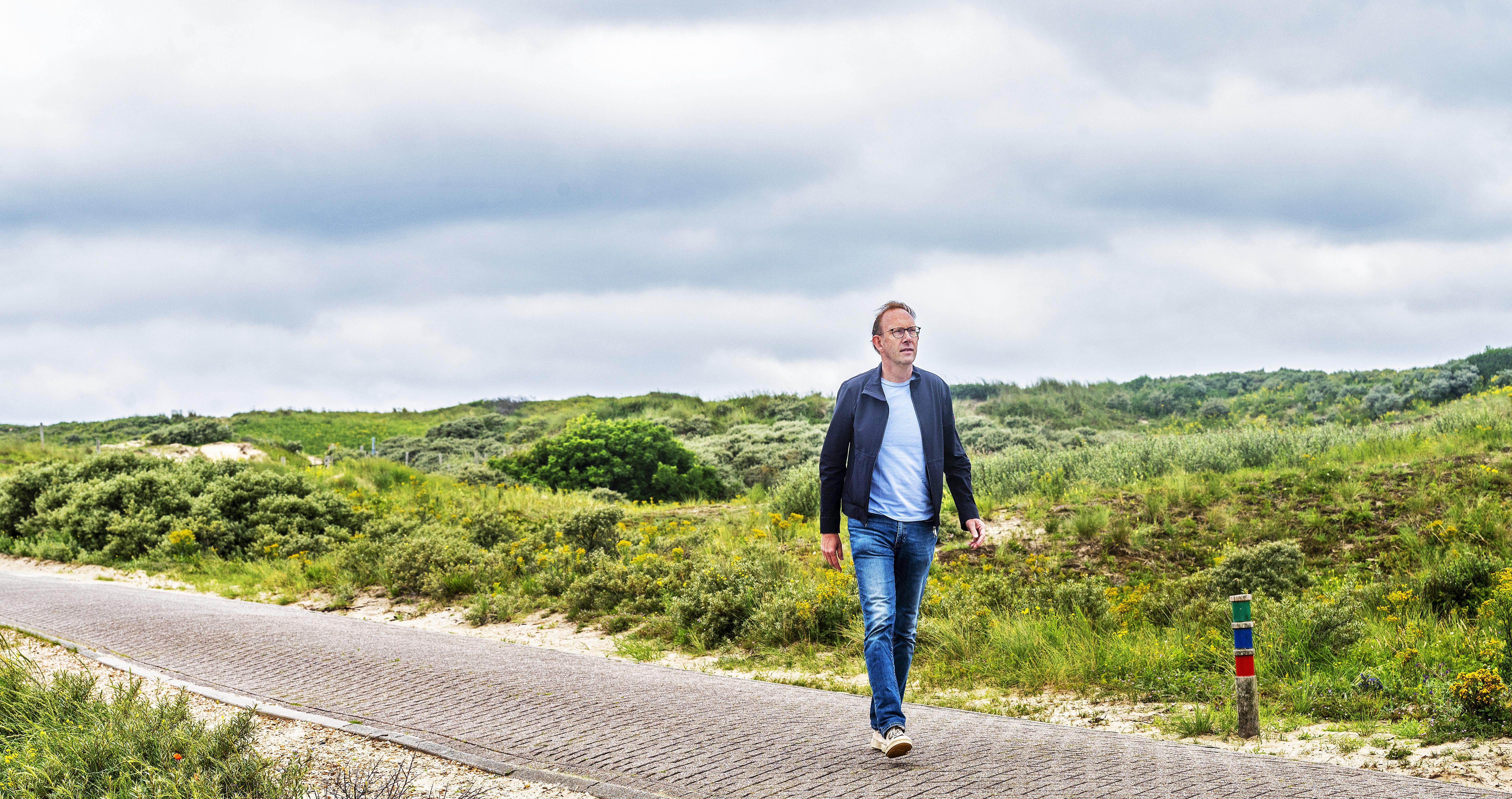 Op jacht naar een parnassia stuiten we in Bloemendaal op een enorme hazelworm die voor onze voeten kronkelt; wandeling met schrijver Martin Hendriksma | Serie