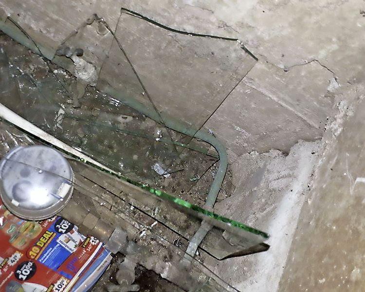 Zaanse politieagent ontsnapt aan zwaar letsel na val in boobytrap: kruipruimte vol glasscherven