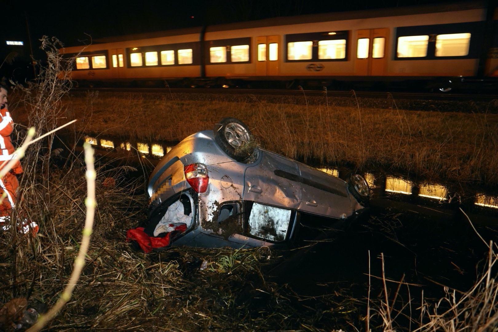 Twee gewonden bij auto te water in Haarlem