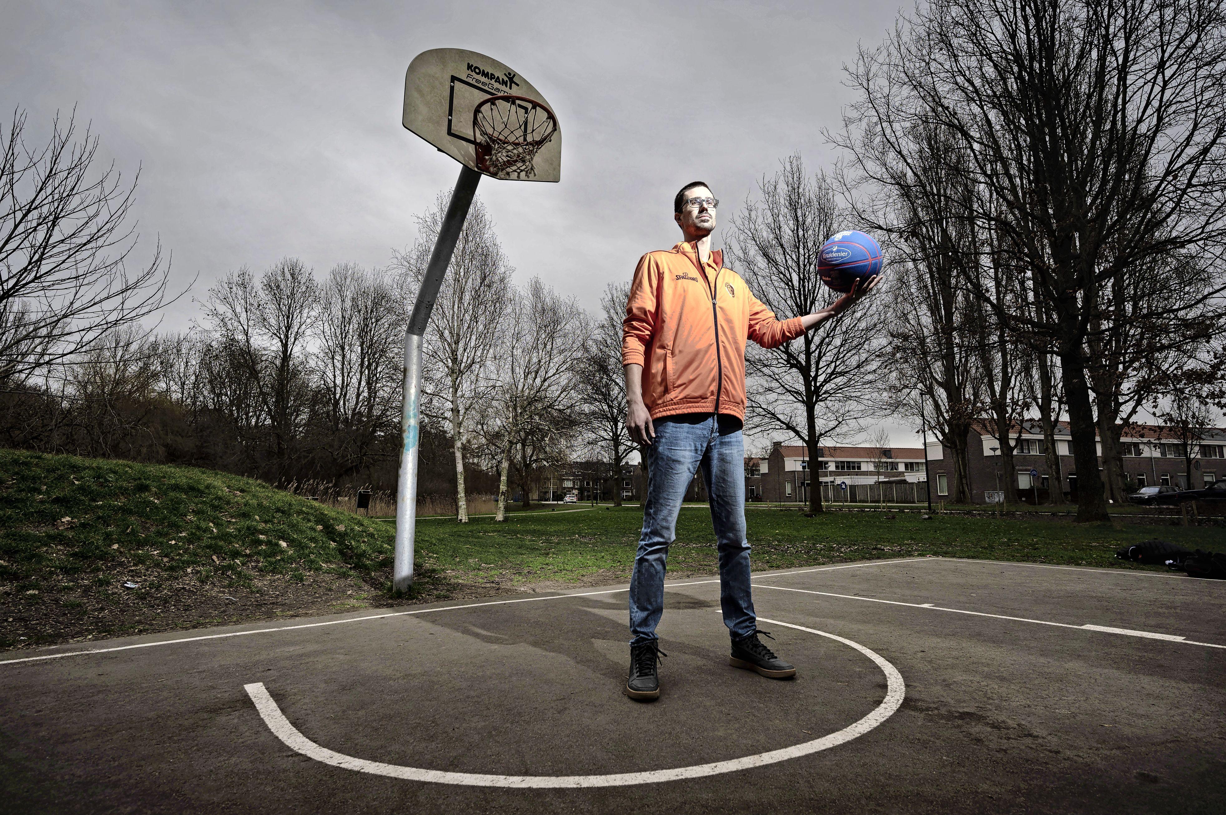 'Als de tegenstander een bepaalde 'play' afroept, kan ik de jongens in het veld waarschuwen wat er aankomt', Raoul Straathof geniet van zijn rol als assistent-coach bij de nationale basketbalploeg
