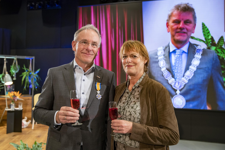 Koninklijke onderscheiding voor Hans Snijders bij zijn afscheid van Nova College. Beverwijker is nu ridder