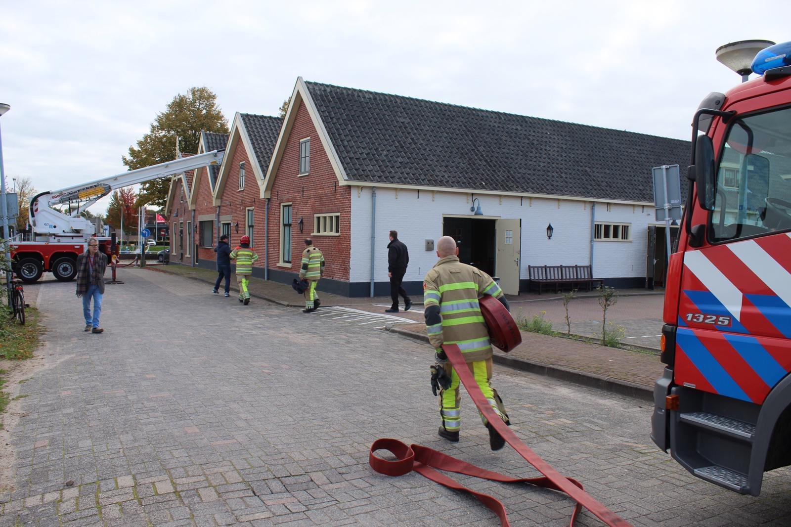 Brandweer heeft vuur in dak van restaurant in Huizen onder controle [update]
