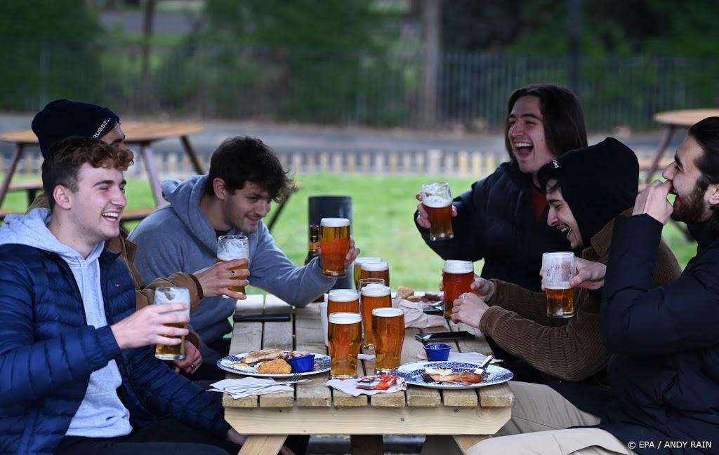 Engeland versoepelt lockdown, al voor middernacht rijen bij pubs