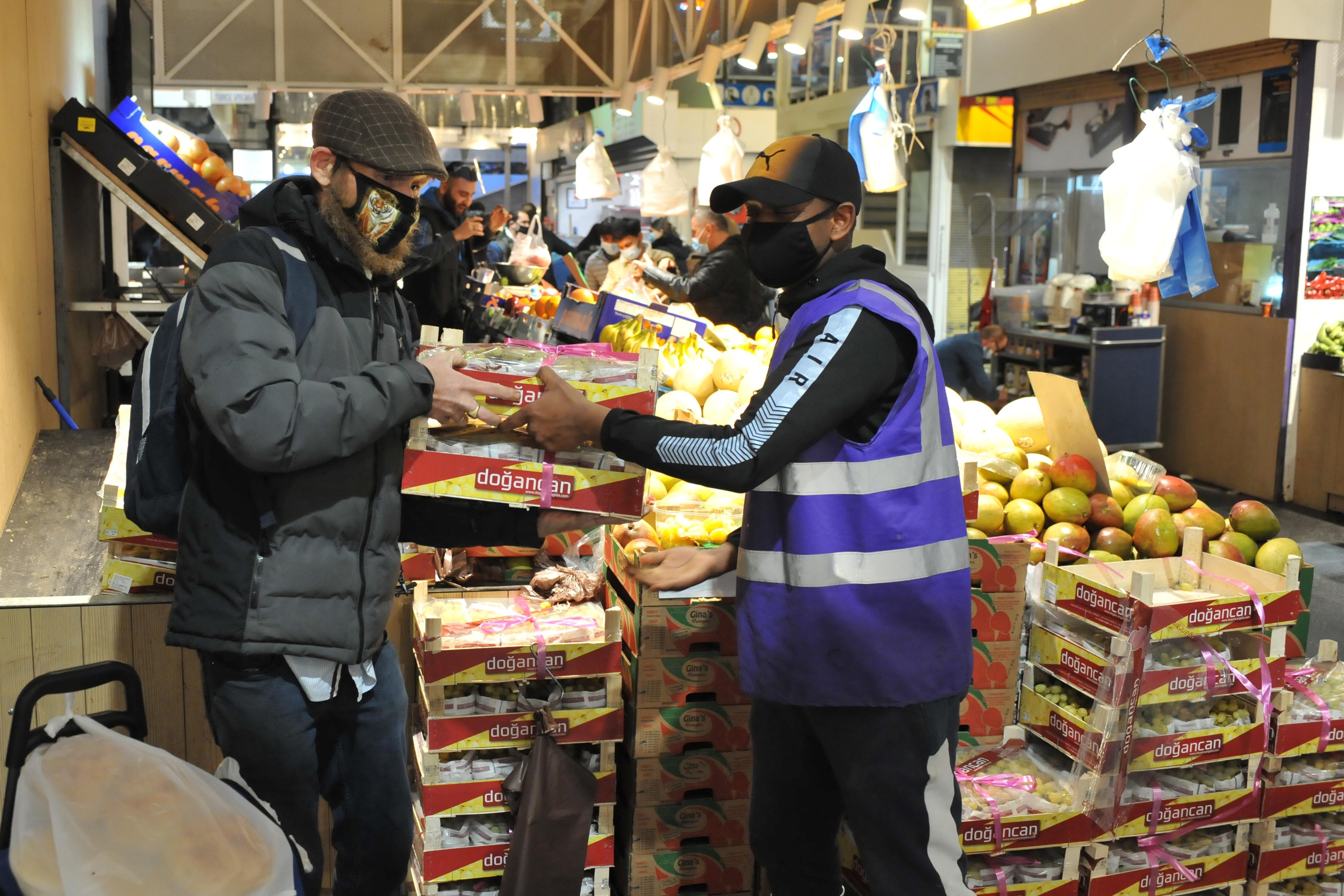'Hele doos, één euro! Kom, kom, kom!', stuntprijs fruit lokt menigeen naar Beverwijkse Bazaar