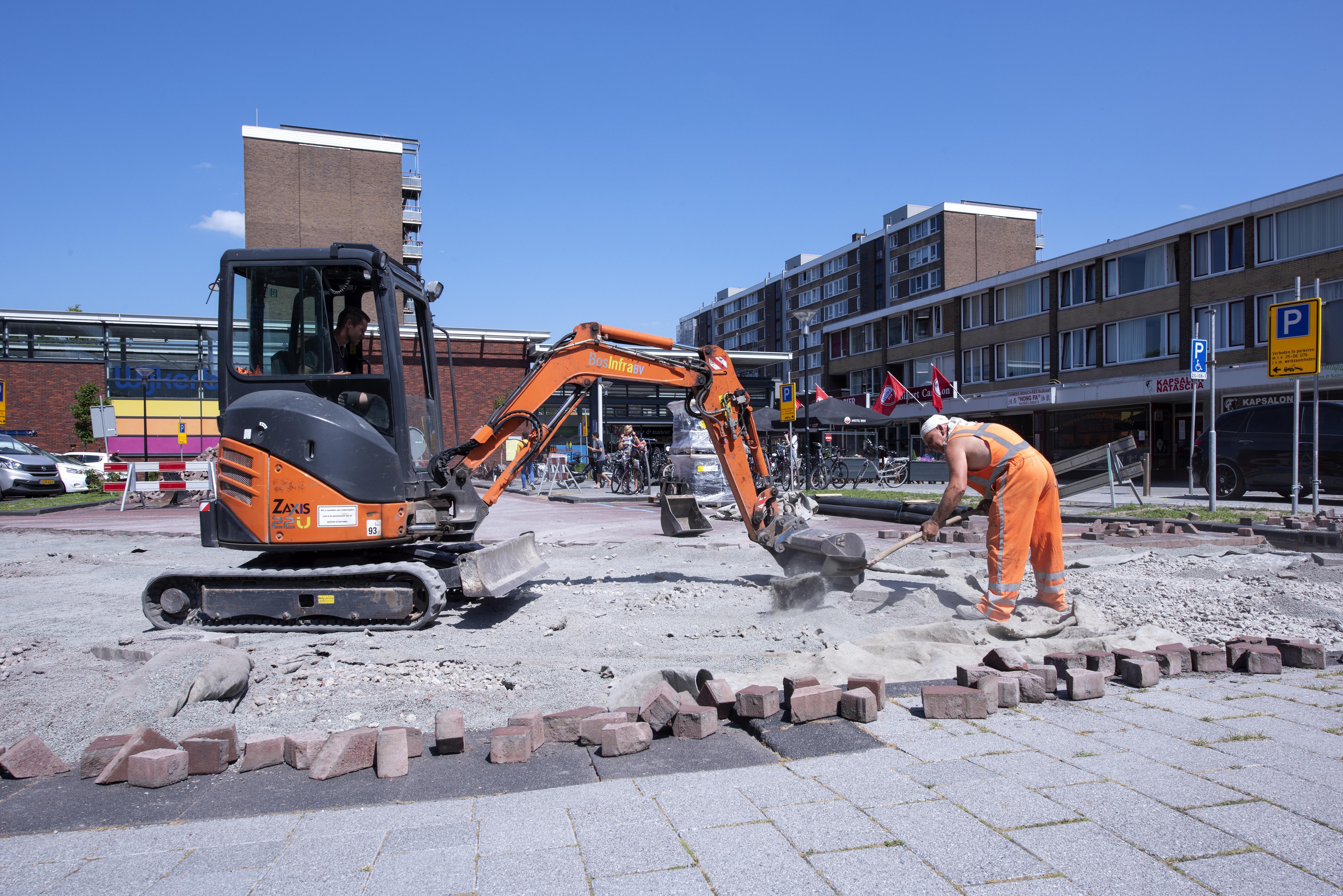 Nagelnieuw wegdek functioneert niet; grote waterplassen op 'duurzame' straten in Beverwijk. Omwonenden houden hun hart vast voor de komende regenachtige week