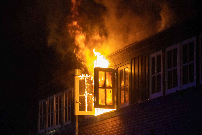 Veel schade bij uitslaande woningbrand in Hilversum, buurtbewoner wordt aan lantaarnpaal vastgebonden omdat ze het blussen hindert