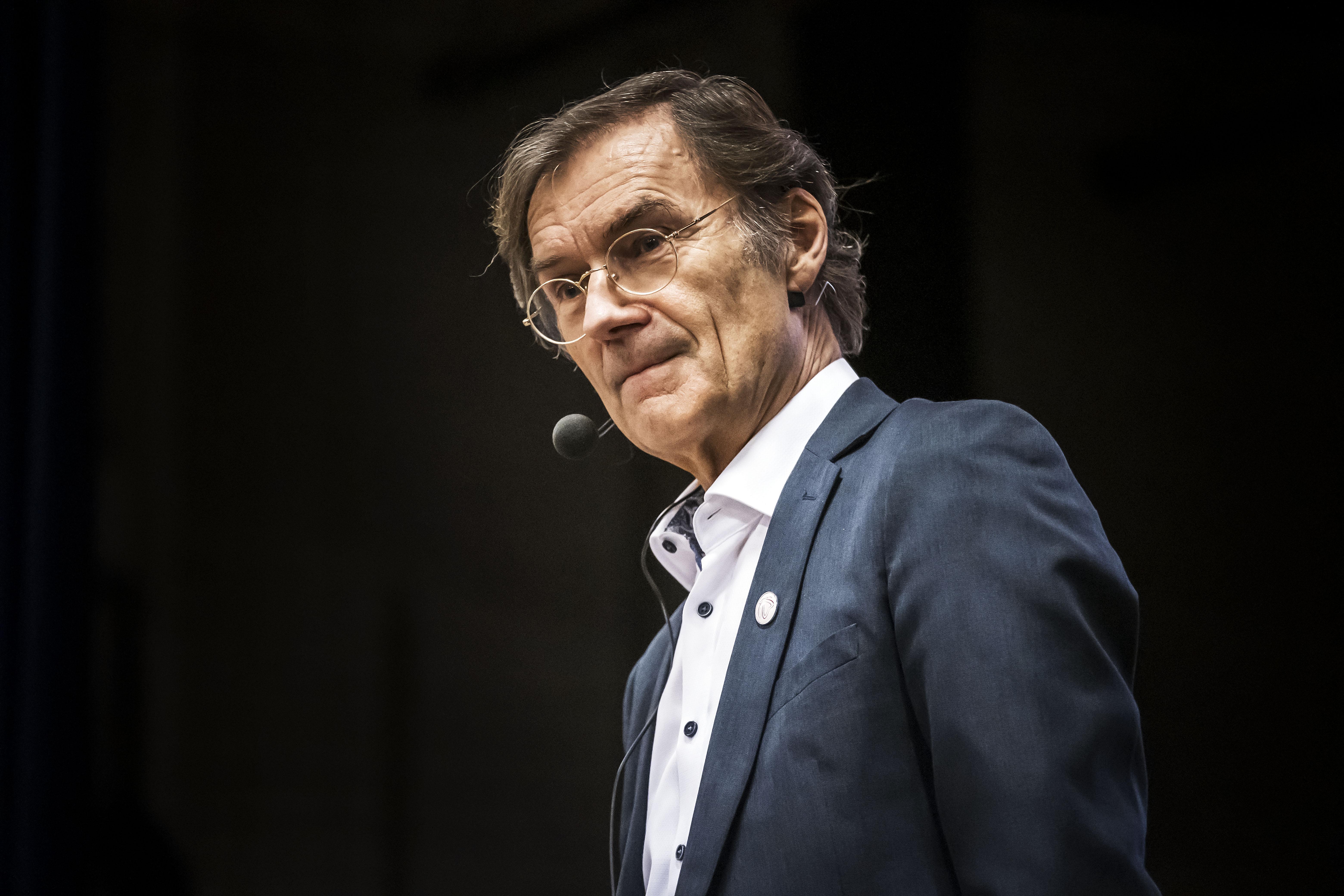 René Diekstra vindt het begrijpelijk dat bij velen het geduld met de autoriteiten opraakt als het om het tempo van de vaccinaties gaat | column