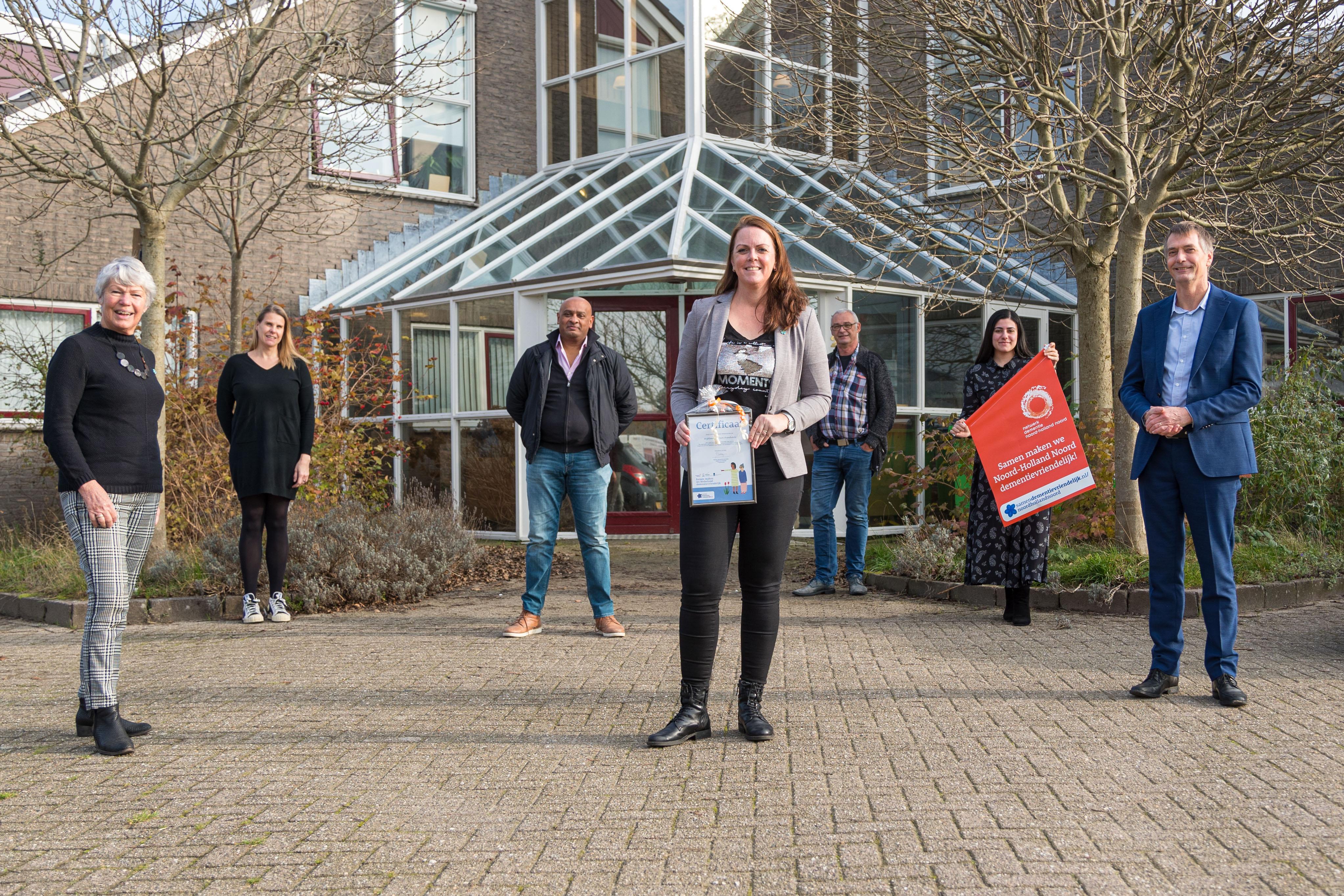Wijkleercentrum Avenhorn ontvangt dementievriendelijk certificaat: 'Het leren herkennen van de eerste tekenen van dementie is voor iedereen van belang'