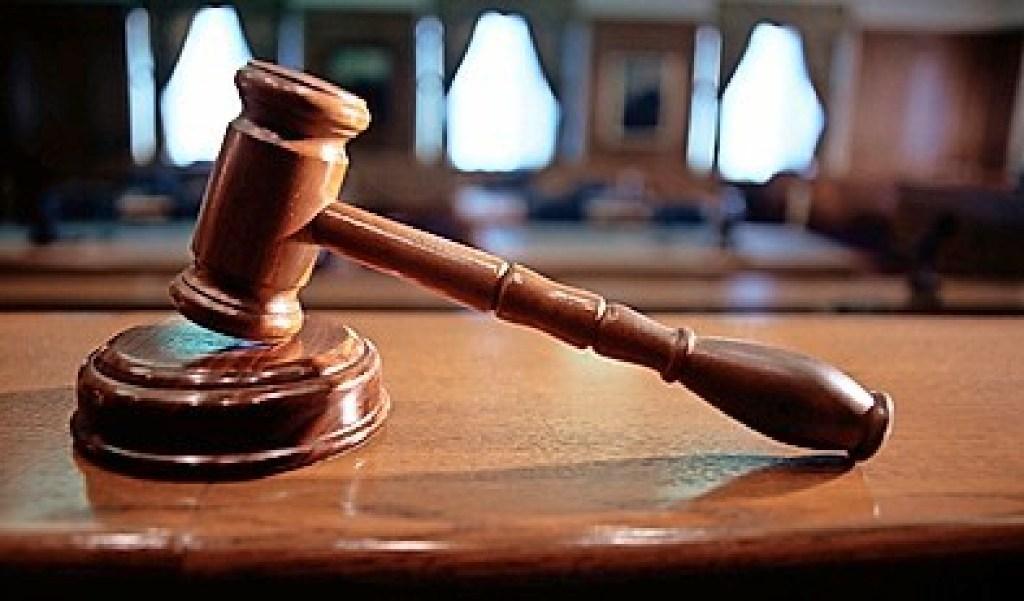 Ambtenaar wast 'hem' in het wasbakje, terwijl de schoonmaakster haar werk doet; terecht ontslagen, vindt de rechter