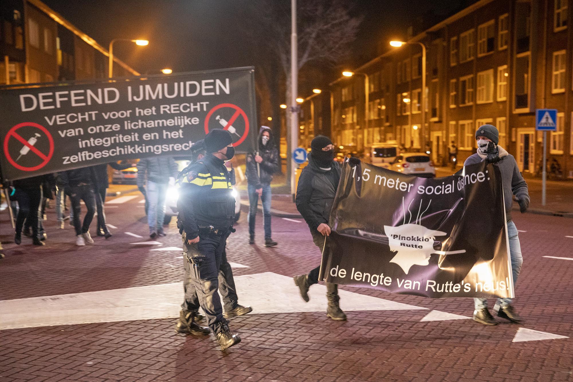Coronaprotest Defend IJmuiden op Plein 1945 vroegtijdig beëindigd door politie [video]