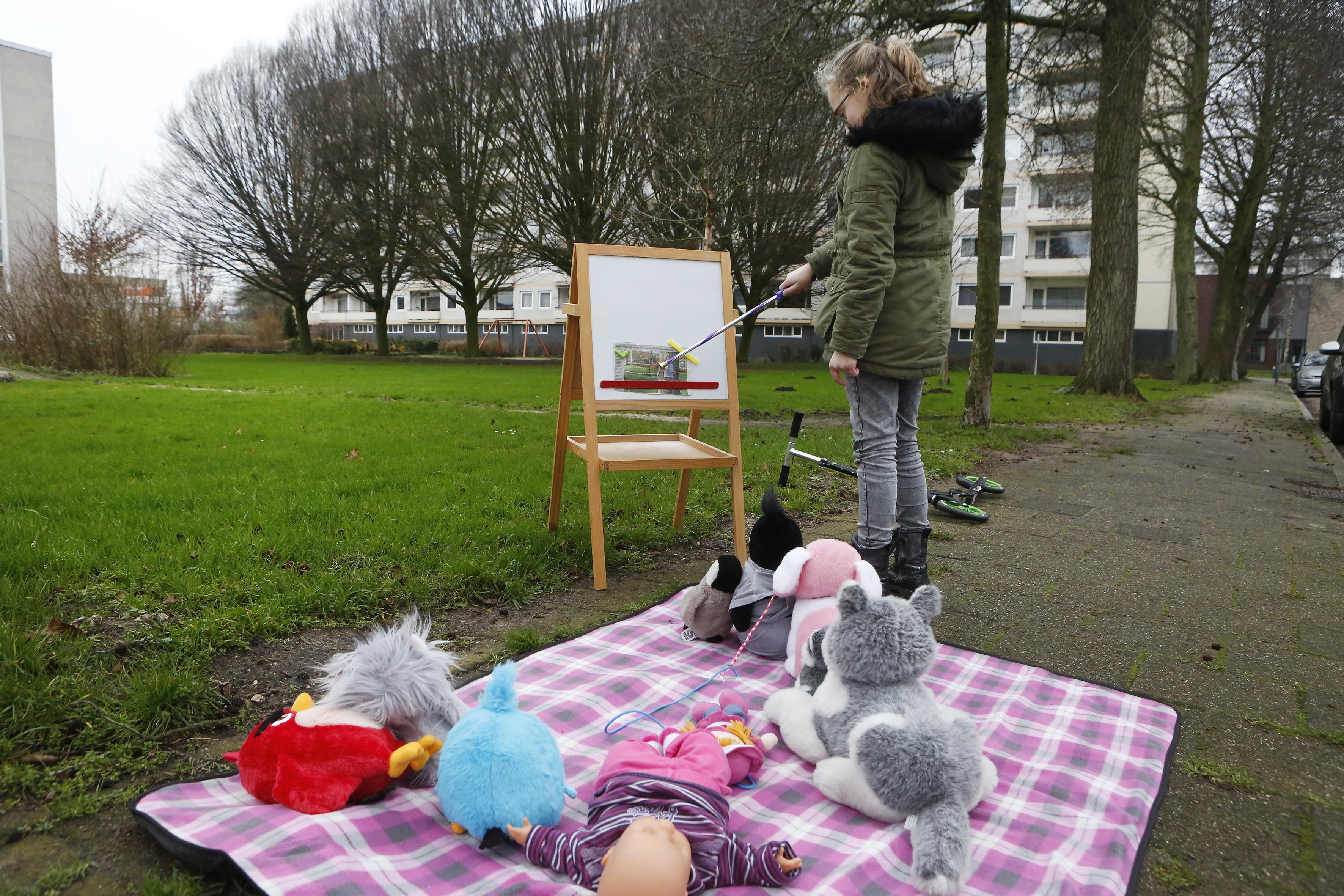 Gratis mondkapje bij inzien bouwplan Weesperschool in stadskantoor Weesp