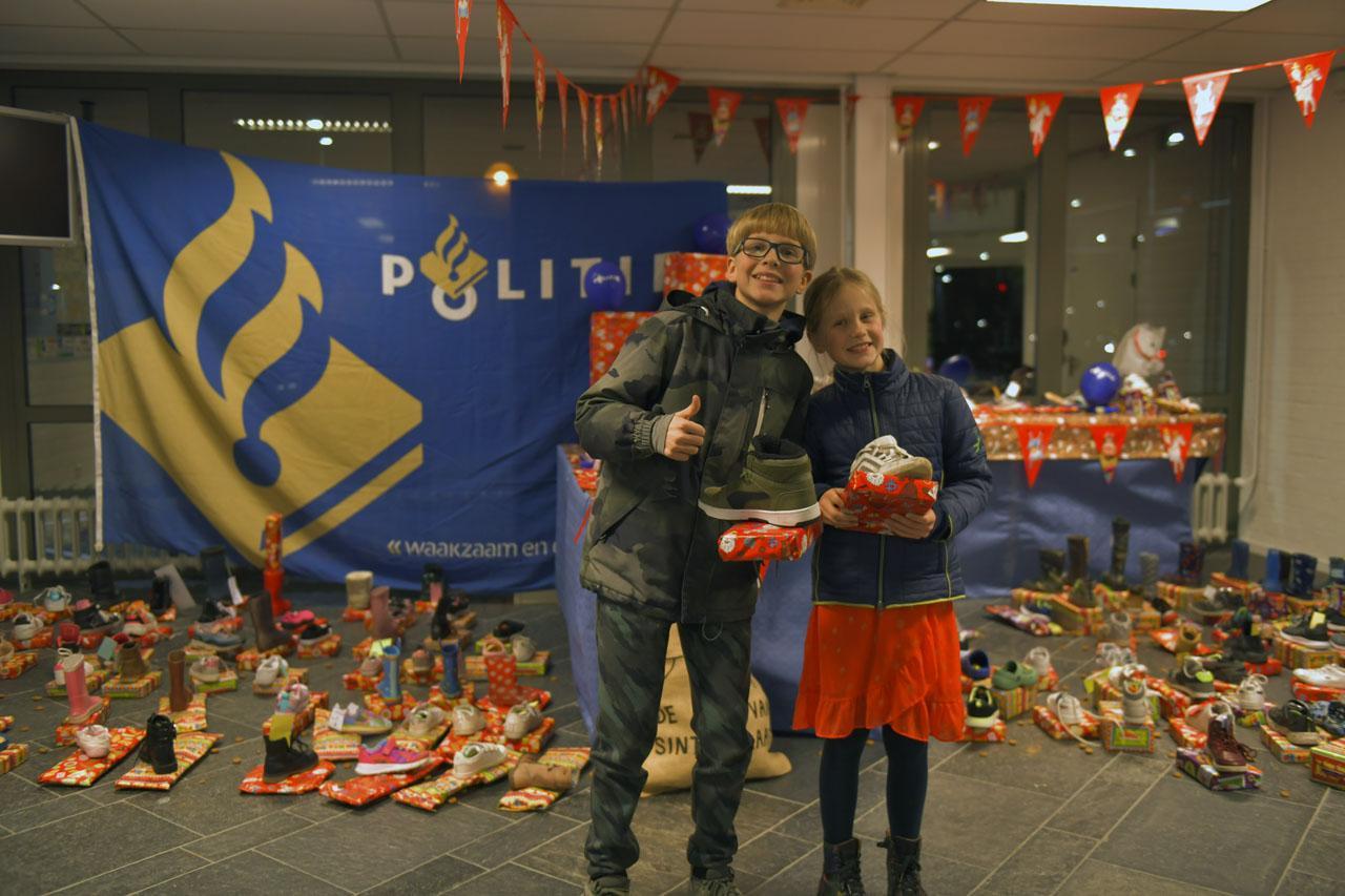 Ruim 200 kinderen zetten schoen op politiekantoor in Hoofddorp, Sinterklaas komt persoonlijk langs